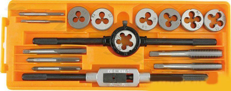 Набор плашек и метчиков Vorel, 16штCA-3505Комплектация и размеры плашек: M3x0,5-1шт.; M4x0,7-1шт.; M5x0,8-1шт.; M6x1,0-1шт.; M8x1,25-1шт.; M10x1,5-1шт.; M12x1,75-1шт. Комплектация и размеры метчиков: M3x0,5-1шт.; M4x0,7-1шт.; M5x0,8-1шт.; M6x1,0-1шт.; M8x1,25-1шт.; M10x1,5-1шт.; M12x1,75-1шт. Держатель для плашек-1 шт., держатель для метчиков-1 шт.