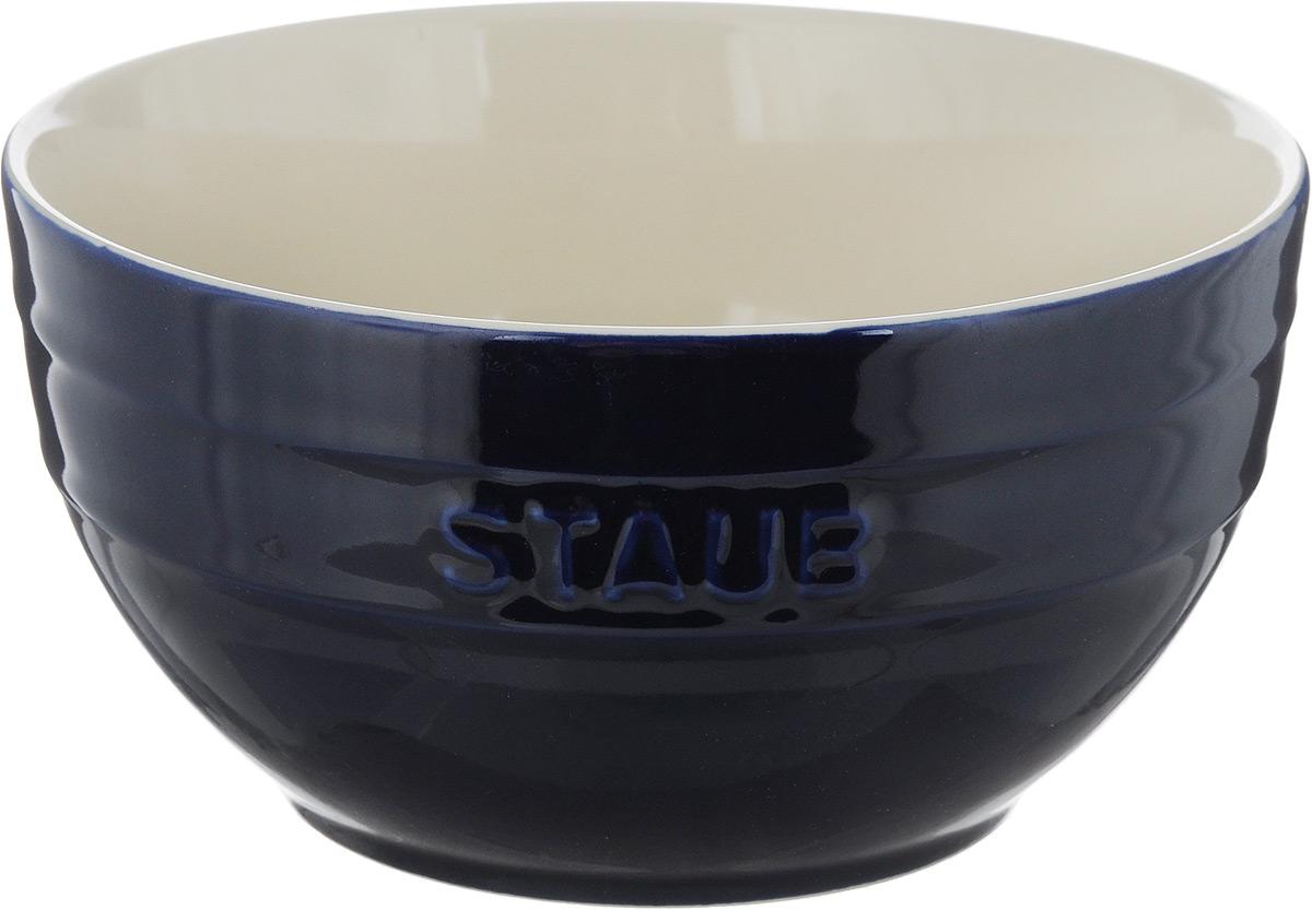 Миска Staub, цвет: темно-синий, молочный, диаметр 17 см115510Миска Staub изготовлена из глины, покрытой эмалью из стеклянного порошка. Изделие очень функциональное, оно пригодится на кухнедля самых разнообразных нужд: в качестве салатника, миски, тарелки.Можно мыть в посудомоечной машине.Можно использовать в духовке, микроволновой печи и морозильной камере.Диаметр миски (по верхнему краю): 17 см. Высота стенки: 9 см. Объем: 1,2 л.