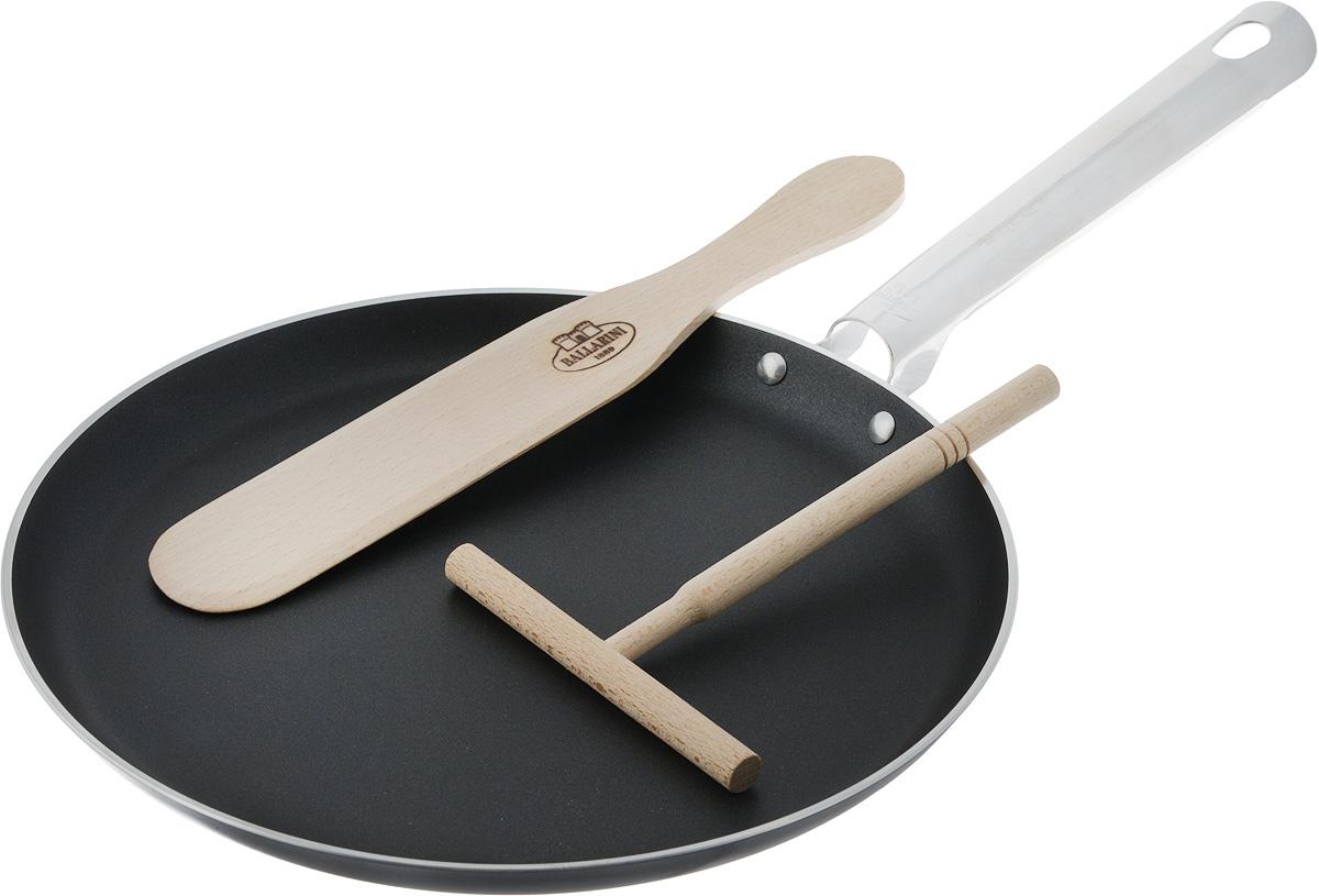 Сковорода блинная Ballarini, с антипригарным покрытием, с шпателем и лопаткой, диаметр: 25 см68/5/3Набор для блинов состоит из сковороды для блинов с антипригарным покрытием, лопатки ираспределителя теста. Лопатка и шпатель выполнены из дерева. что не дает испортит покрытие сковородки долгое время.Сковорода выполнена из алюминия и имеет современное внутреннее антипригарное покрытие. Сковорода подходит для использования во всех видах плит, кроме индукционных. Удобная ручка позволит легко передвигать или переносить сковородку, отличающуюся лёгкостью благодаря алюминиевому материалу, не скользит и приятная на ощупь, позволяет использовать сковороду в духовке. Использовать в духовке до 160С. Сковорода для блинов пригодна для мытья в посудомоечной машине. Прекрасное приобретение или замечательный подарок хозяйке.Диаметр сковороды: 25 см, Длина ручки: 19 см, Высота стенки: 2 см, Размер лопатки (без рабочей поверхности): 15,5 х 1,2 х 1,2 см, Размер рабочей поверхности лопатки: 11 х 1,2 х 1,2 см, Размер шпателя: 268 х 42 х 5 мм.