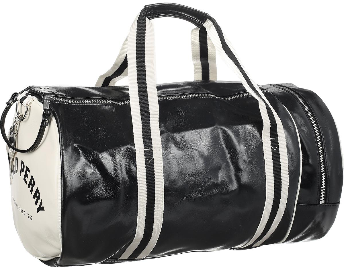 Сумка мужская Fred Perry Classic Barrel Bag, цвет: черный, бежевый. L4305-D57101225Сумка мужская Fred Perry Classic Barrel Bag - классическая сумка-бочка - это вместительный саквояж для поездок или спортинвентаря. На лицевой стороне изделие оформлено фирменным логотипом, с боковых сторон - надписями с названием фирмы. Сумка выполнена из качественной экокожи. На лицевой стороне расположен небольшой открытый карман. С боковой стороны расположен удобный карман на молнии для быстрого доступа к вещам. Внутри находится главное вместительное отделение, в котором расположен небольшой карман на молнии. Изделие закрывается широким клапаном на молнии и фиксируется с помощью кнопок, что обеспечивает надежное хранение вещей. Сумка оснащена съемным плечевым ремнем, длина которого регулируется с помощью пряжки. Такая модная и практичная сумка не оставит вас без внимания и подойдет как для похода в спортзал, так и для всевозможных поездок.