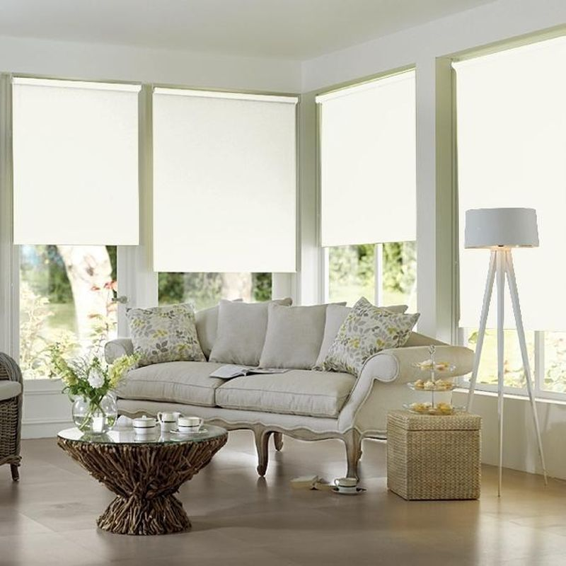 Штора рулонная Эскар Blackout, светонепроницаемая, цвет: белый, ширина 150 см, высота 170 см1004900000360Рулонными шторами можно оформлять окна как самостоятельно, так и использовать в комбинации с портьерами. Это поможет предотвратить выгорание дорогой ткани на солнце и соединит функционал рулонных с красотой навесных.Преимущества применения рулонных штор для пластиковых окон:- имеют прекрасный внешний вид: многообразие и фактурность материала изделия отлично смотрятся в любом интерьере; - многофункциональны: есть возможность подобрать шторы способные эффективно защитить комнату от солнца, при этом она не будет слишком темной.- Есть возможность осуществить быстрый монтаж.ВНИМАНИЕ! Размеры ширины изделия указаны по ширине ткани!Во время эксплуатации не рекомендуется полностью разматывать рулон, чтобы не оторвать ткань от намоточного вала.В случае загрязнения поверхности ткани, чистку шторы проводят одним из способов, в зависимости от типа загрязнения: легкое поверхностное загрязнение можно удалить при помощи канцелярского ластика; чистка от пыли производится сухим методом при помощи пылесоса с мягкой щеткой-насадкой; для удаления пятна используйте мягкую губку с пенообразующим неагрессивным моющим средством или пятновыводитель на натуральной основе (нельзя применять растворители).