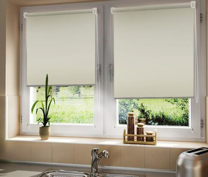 Штора рулонная Эскар Blackout, светоотражающая, цвет: кремовый, ширина 150 см, высота 170 см84080140170Рулонными шторами можно оформлять окна как самостоятельно, так и использовать в комбинации с портьерами. Это поможет предотвратить выгорание дорогой ткани на солнце и соединит функционал рулонных с красотой навесных.Преимущества применения рулонных штор для пластиковых окон:- имеют прекрасный внешний вид: многообразие и фактурность материала изделия отлично смотрятся в любом интерьере; - многофункциональны: есть возможность подобрать шторы способные эффективно защитить комнату от солнца, при этом она не будет слишком темной.- Есть возможность осуществить быстрый монтаж.ВНИМАНИЕ! Размеры ширины изделия указаны по ширине ткани!Во время эксплуатации не рекомендуется полностью разматывать рулон, чтобы не оторвать ткань от намоточного вала.В случае загрязнения поверхности ткани, чистку шторы проводят одним из способов, в зависимости от типа загрязнения: легкое поверхностное загрязнение можно удалить при помощи канцелярского ластика; чистка от пыли производится сухим методом при помощи пылесоса с мягкой щеткой-насадкой; для удаления пятна используйте мягкую губку с пенообразующим неагрессивным моющим средством или пятновыводитель на натуральной основе (нельзя применять растворители).