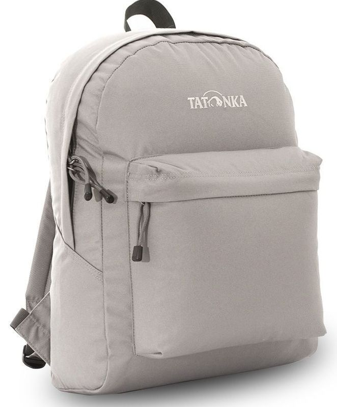 Рюкзак городской Tatonka Hunch Pack, цвет: серый, 22 лГризлиКлассический городской рюкзак Tatonka Hunch Pack изготовлен из прочного материала на основе полиэфирного волокна (600 ден), который обладает прочностью, стойкостью к истиранию и выцветанию и универсальностью применения. В рюкзаке используются молнии YKK RC Zipper, которые надежно защищены от внешних воздействий. Эти молнии специально разработаны для рюкзаков и другого багажа, когда на первый план выходят надежность и высокая производительность.Мягкие уплотненные плечевые лямки регулируются по длине и удобны в любое время года. Регулировка длины лямок займет минуту, а их мягкая внешняя ткань будет комфортна даже летом. Спереди рюкзака расположен просторный накладной карман с встроенным органайзером, в котором удобно хранить все самое необходимое: ручку, блокнот, телефон и многое другое. Также карман подойдет для складного зонтика. Специальная планка защищает молнию кармана от попадания воды, тем самым сохраняя вещи сухими во время непогоды. Вверху рюкзака со стороны спины расположена удобная ручка, за которую рюкзак можно повесить на крючок или же нести в руке.Внутри рюкзак состоит из одного просторного отделения, которое отлично подходит для хранения любых вещей. Собираетесь на прогулку или экскурсию? Возьмите с собой термос, дождевик и влажные салфетки - все это легко поместится в основное отделение. Отправляетесь на учебу? Ноутбук, учебники, тетради и пенал - все удобно разместится в большом отделении рюкзака. Такой рюкзак подойдет тем, кто отправляется на экскурсию или в гости. Все, что нужно, вместится внутрь и доедет в целости и сохранности.