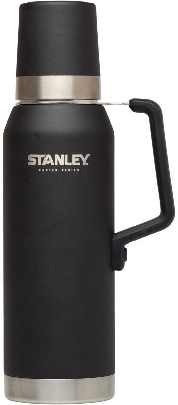 Термос Stanley Master, 1,3 л, цвет: черный67742Термос объем 1,3L.Технология QUADVAC: корпус и внутренная колба - нержавеющая сталь 18/8 толщиной 1 мм и крышка-термостакан 0,7 мм. Сохраняет горячую воду – 40 часов, холодную – 35 часов, напитки со льдом – 160 часов. Внутренняя сторона крышка с нанесением из нержавеющей стали, стальная ручка с силиконовым покрытием. Наружное покрытие – абразивостойкая эмаль. Герметичен. Цвет - черный. Пожизненная гарантия.