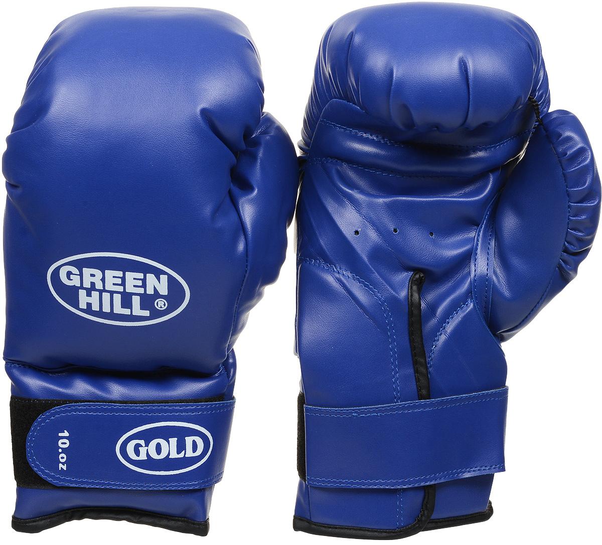 Перчатки боксерские Green Hill Gold, цвет: синий. Вес 10 унцийKBF-2106LRБоксерские тренировочные перчатки Green Hill Gold отлично подойдут для начинающих спортсменов. Верх выполнен из искусственной кожи. Мягкий наполнитель из очеса предотвращает любые травмы. Широкий ремень, охватывая запястье, полностью оборачивается вокруг манжеты, благодаря чему создается дополнительная защита лучезапястного сустава от травмирования. Застежка на липучке способствует быстрому и удобному одеванию перчаток, плотно фиксирует перчатки на руке.