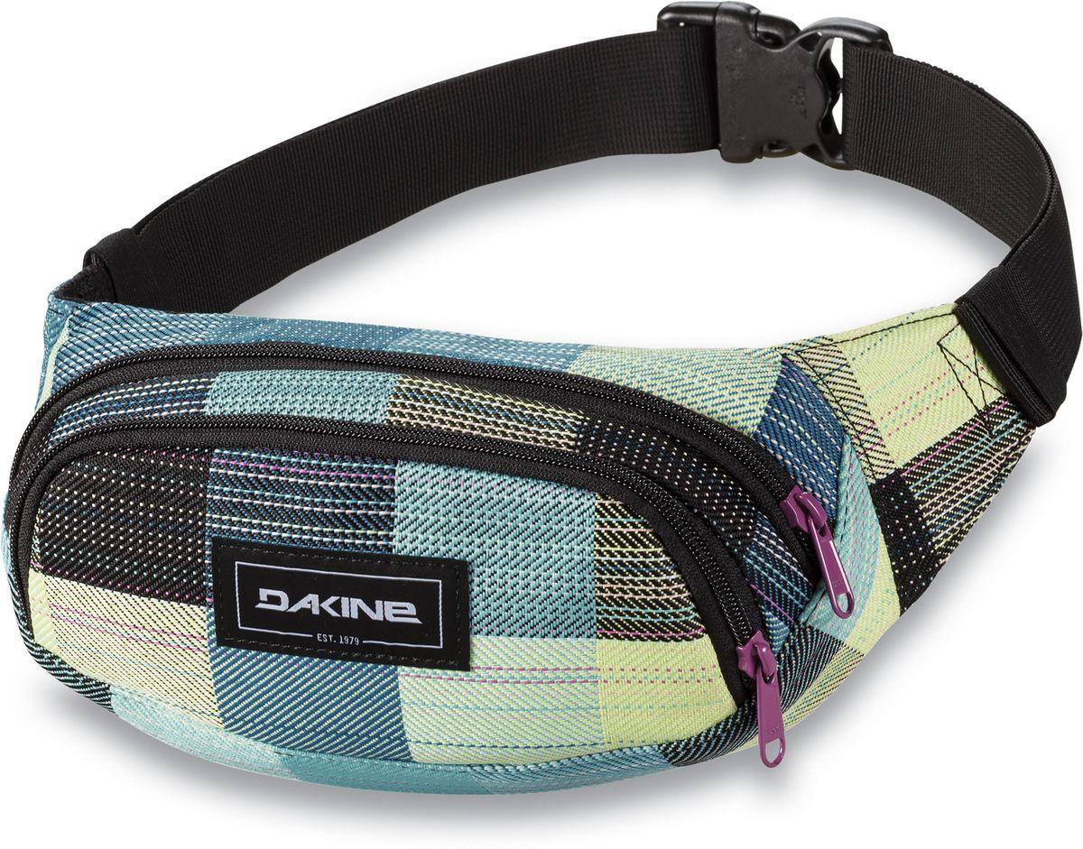 Сумка поясная Dakine Hip Pack, цвет: светло-зеленый, мультиколор, 0,6 лMHDR2G/AПоясная сумка Dakine выполнена из полиэстера. Модель с двумя отделениями застегивается на молнию. Регулируемый поясной ремень застегивается на фастекс.
