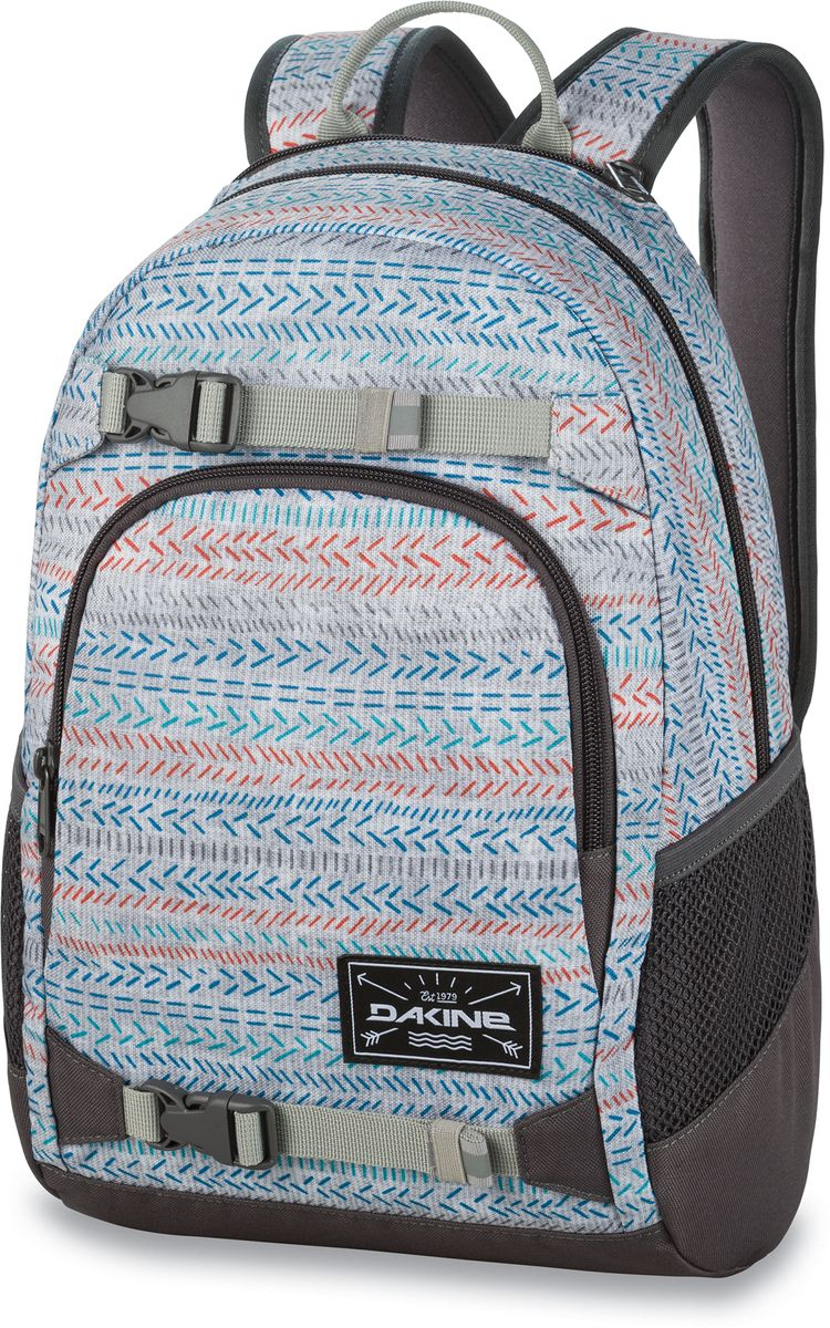 Рюкзак городской Dakine Grom, цвет: светло-серый, мультиколор, 13 лMABLSEH10001Городской рюкзак Dakine Grom выполнен из полиэстера. Основным достоинством является удобная система крепления скейтборда. Модель с одним отделением застегивается на молнию. Имеет карман для солнцезащитных очков на флисовой подкладке, удобные регулируемые лямки с нагрудным регулируемым ремнем-фиксатором, боковые сетчатые карманы на резинках и удобную эргономичную спинку.