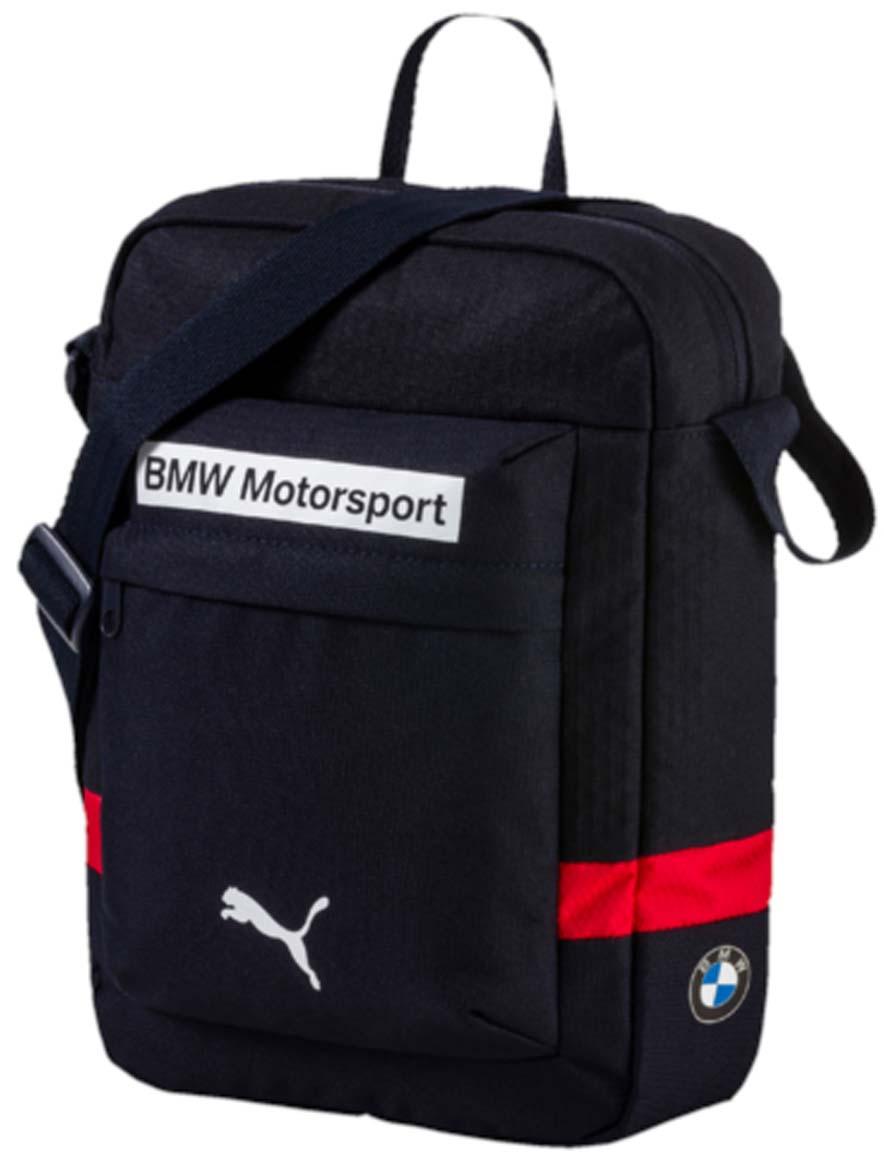 Сумка городская Puma Bmw Motorsport Portable, цвет: синий. 07448802EQW-M710DB-1A1Городская сумка Bmw Motorsport Portable - это удобный аксессуар для вашего повседневного образа. Модель из практичного полиэстера долговечна и удобна. Большой основной карман закрывается на молнию, внутри предусмотрено дополнительное отделение. Плечевой ремень регулируется по длине.
