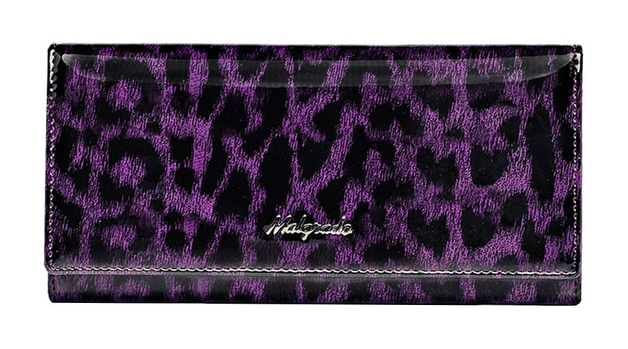 Кошелек Malgrado, цвет: фиолетовый. 72076-15802BM8434-58AEСтильный кошелек Malgrado изготовлен из натуральной кожи фиолетового цвета с декоративным тиснением под рептилию и вмещает в себя купюры в развернутом виде в полную длину. Внутри содержит шесть основных отделений, два из которых на молнии, восемь кармашков для карточек, визиток или кредиток и одно с прозрачным окошком. С оборотной стороны расположен карман на молнии. Закрывается кошелек клапаном на кнопку. Под клапаном также расположено два дополнительных отделения.Кошелек упакован в подарочную металлическую коробку с логотипом фирмы. Такой кошелек станет замечательным подарком человеку, ценящему качественные и практичные вещи. Характеристики:Материал: натуральная кожа, текстиль, металл. Размер кошелька: 18,5 см х 9 см х 3 см. Цвет: фиолетовый. Размер упаковки: 23 см х 12,5 см х 4,5 см. Артикул: 72076-15802# Purple.