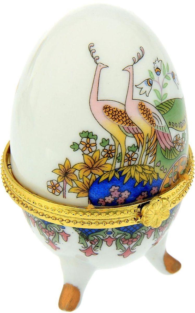 Шкатулка Sima-land Павлины, 4,7 х 7,5 смTHN132NПасхальное яйцо — символ жизни и возрождения, ведь именно в Пасху традиционно дарят крашеные или расписные яйца. А в такую забавную шкатулочку можно положить одно из таких яиц и преподнести своему самому родному и близкому человеку, такой презент никогда не забудется, и будет отличаться от других поздравлений.