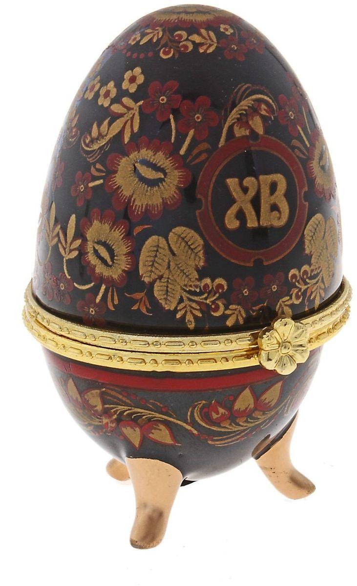 Шкатулка Sima-land Хохлома на черном, 6 х 4,7 х 7,5 смRG-D31SШкатулка для украшений, выполненная в форме яйца, за последние годы стала традиционным и очень популярным пасхальным подарком. Витые узоры, искусно переплетаясь между собой, создают целостный рисунок, покрывающий всю поверхность шкатулки. Все это великолепие крепится на трех изогнутых ножках золотого цвета и потрясающе смотрится на полке, комоде, камине или в серванте. В ассортименте есть шкатулки, декорированные пасхальными символами «ХВ»; в стиле старинных ремесел; с изображением икон, окантованных восхитительным орнаментом.Изысканный и утонченный подарок к самому главному православному празднику!
