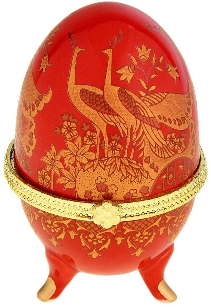 Шкатулка Sima-land Павлины на красном, 6 х 6 х 10 смБрелок для ключейШкатулка для украшений, выполненная в форме яйца, за последние годы стала традиционным и очень популярным пасхальным подарком. Витые узоры и рисунки, искусно сочетаясь между собой, создают целостную композицию, украшающую ее поверхность. Шкатулка крепится на трех изогнутых ножках и эффектно смотрится на полке, комоде, камине или в серванте. В ассортименте представлены шкатулки разных цветов, декорированные затейливыми узорами, цветами и прочими элементами. Изысканный и утонченный подарок к самому главному православному празднику!