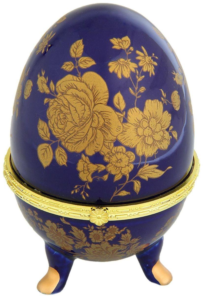 Шкатулка Sima-land Розы на синем, 10 х 10 х 15,5 смRG-D31SШкатулка для украшений, выполненная в форме яйца, за последние годы стала традиционным и очень популярным пасхальным подарком. Витые узоры и рисунки, искусно сочетаясь между собой, создают целостную композицию, украшающую ее поверхность. Шкатулка крепится на трех изогнутых ножках и эффектно смотрится на полке, комоде, камине или в серванте. В ассортименте представлены шкатулки разных цветов, декорированные затейливыми узорами, цветами и прочими элементами. Изысканный и утонченный подарок к самому главному православному празднику!