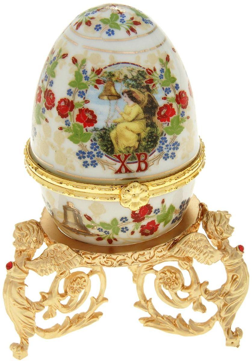 Яйцо-шкатулка Sima-land Ангел, на металлической подставке, 10 х 6 х 6 смБрелок для ключейЯйцо-шкатулка Ангел на металлической подставке, керамика, деколь – это не только символичный, но и очень полезный подарок на светлый праздник Пасхи. Яйцо изготовлено из белоснежной прочной керамики, всё покрыто яркой праздничной росписью, дизайн которой с душой разработан профессионалами компании Сима-ленд. А уникальная металлическая подставка придает ему ещё больше изысканности и благородства.История дарения таких яиц-шкатулок берет свое начало с времен известнейшего ювелира Карла Фаберже, который начал изготовлять ювелирные яйца с сюрпризом для императорского дома. Обычай преподносить такие подарки близким – это возрождение императорской традиции. Такой подарок является привычным для Пасхи.Яйцо-шкатулка на оригинальной металлической подставке порадует своим великолепием, функциональными особенностями и пасхальной подарочной упаковкой. Такой «царский» сувенир приятно дарить и получать!