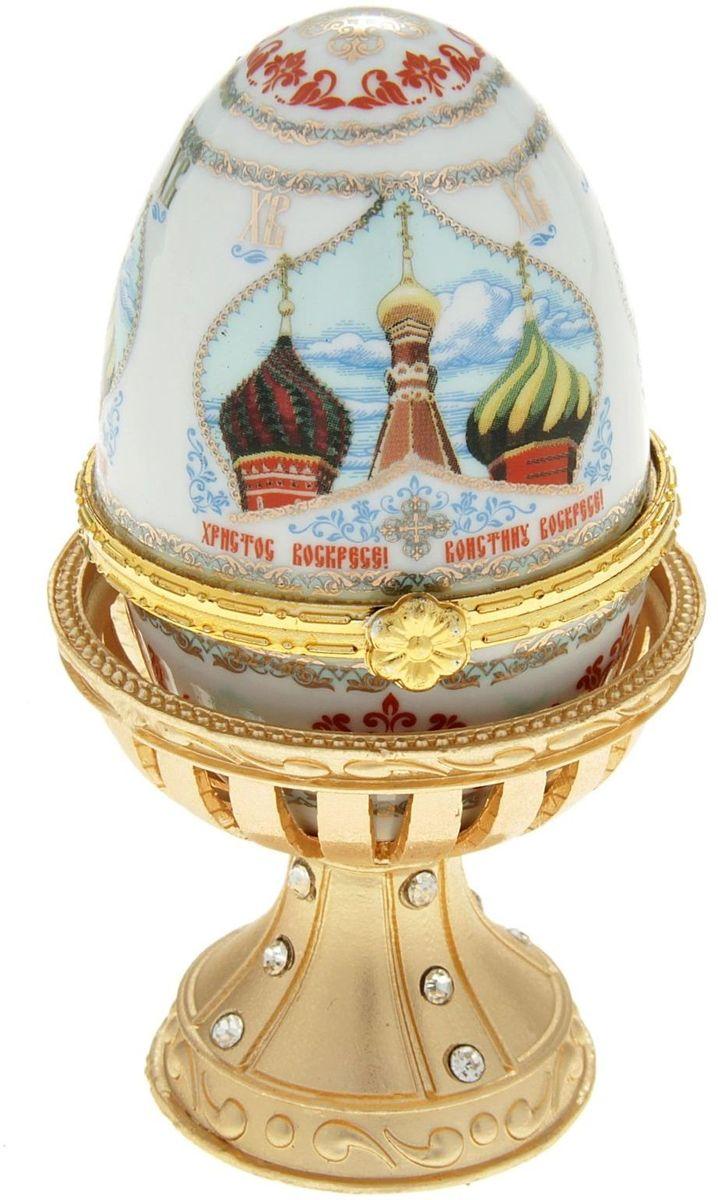Яйцо-шкатулка Sima-land Купола, на металлической подставке, 10 х 6 х 6 смБрелок для ключейЯйцо-шкатулка Купола на металлической подставке, керамика, деколь – это не только символичный, но и очень полезный подарок на светлый праздник Пасхи. Яйцо изготовлено из белоснежной прочной керамики, всё покрыто яркой праздничной росписью, дизайн которой с душой разработан профессионалами компании Сима-ленд. А уникальная металлическая подставка придает ему ещё больше изысканности и благородства.История дарения таких яиц-шкатулок берет свое начало с времен известнейшего ювелира Карла Фаберже, который начал изготовлять ювелирные яйца с сюрпризом для императорского дома. Обычай преподносить такие подарки близким – это возрождение императорской традиции. Такой подарок является привычным для Пасхи.Яйцо-шкатулка на оригинальной металлической подставке порадует своим великолепием, функциональными особенностями и пасхальной подарочной упаковкой. Такой царский сувенир приятно дарить и получать!