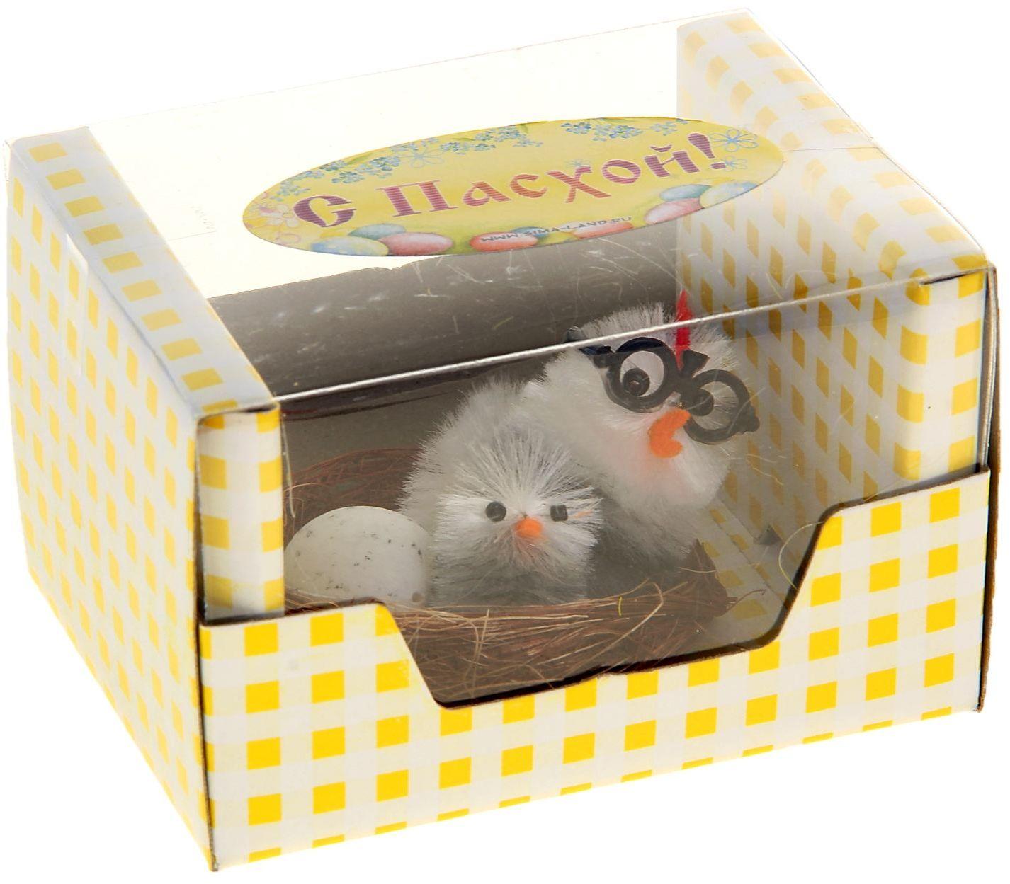 Сувенир пасхальный Sima-land Цыпа в очках с цыпленком и яйцом41619Дарить подарки на Пасху – это такая же традиция, как красить яйца и выпекать куличи. Презенты вдвойне приятнее, если они несут в себе сакральный смысл и имеют какое-то значение.Сувенир Цыпа в очках с цыпленком и яйцом - это символ возрождения и непрерывности жизни. С его помощью вы сможете украсить жилище, преподнести его близкому человеку или использовать при сервировке стола всю пасхальную неделю. Кроме того, пасхальные цыплята нравятся маленьким деткам.
