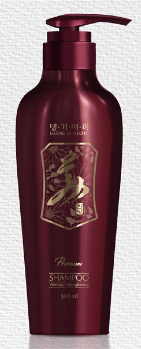 Daeng Gi Meo Ri Премиум шампунь Укрепление и восстановление, 300 млAC-2233_серыйПремиум шампунь Укрепление и восстановление на основе традиционных корейских лекарственных растений разработан для интенсивного ухода за ослабленными, поврежденными волосами, склонными к выпадению. Шампунь содержит ферментированные экстракты корня женьшеня, ежевики, граната, которые стимулируют циркуляцию крови, улучшают питание волосяных фолликулов, препятствуют выпадению и стимулируют рост новых волос, предотвращают появление перхоти. Экстракты хризантемы, жимолости японской, лотоса, ежевики, опунции оказывают укрепляющее и тонизирующее действие, предотвращают сухость и ломкость волос.