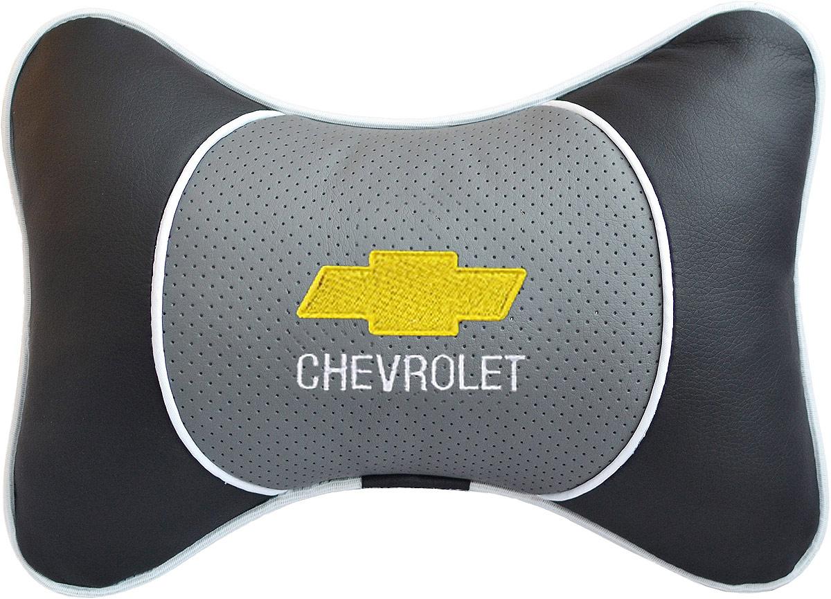 Подушка на подголовник Auto Premium Chevrolet, цвет: серый. 37545TEMP-05Подушка на подголовник Люкс выполнена из черной гладкой экокожи, вставка из серой перфорированной экокожи имеет обрамление мягким кантом. Для нанесения вышивки используются высококачественные итальянские нитки. Подушка на подголовник - это прежде всего лучший способ создать комфорт для шеи и головы во время пребывания в автомобильном кресле. Такая подушка будет удобна как водителю, так и пассажиру. При производстве используются высококачественные, износостойкие материалы и гипоаллергенные наполнители.
