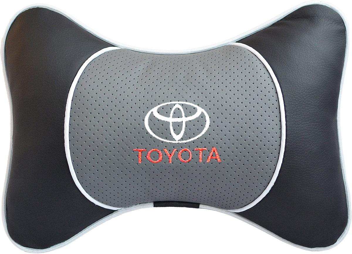 Подушка на подголовник Auto Premium Toyota, цвет: серый. 3754937528Подушка на подголовник Люкс выполнена из черной гладкой экокожи, вставка из серой перфорированной экокожи имеет обрамление мягким кантом. Для нанесения вышивки используются высококачественные итальянские нитки. Подушка на подголовник - это прежде всего лучший способ создать комфорт для шеи и головы во время пребывания в автомобильном кресле. Такая подушка будет удобна как водителю, так и пассажиру.