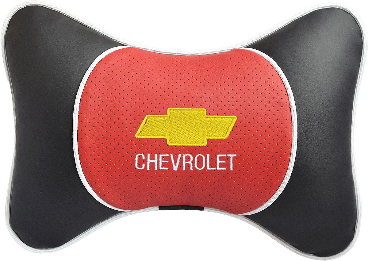 Подушка на подголовник Auto Premium Chevrolet, цвет: красный, черный. 3737Подушка на подголовник Auto Premium. Люкс выполнена из черной гладкой экокожи, вставка из красной перфорированной экокожи имеет обрамление мягким кантом. Для нанесения вышивки используются высококачественные итальянские нитки. Экокожа - это дышащий материал, который имеет повышенный ресурс и прочность. Легко чистится влажной тряпкой, не требует стирки, не впитывает пыль и грязь. Подушка на подголовник - это лучший способ создать комфорт для шеи и головы во время пребывания в автомобильном кресле. Большинство штатных подголовников устроены так, что до них попросту не дотянуться. Данный аксессуар полностью решает эту проблему, создавая мягкую ортопедическою поддержку. Особенности: - Подушка крепится к сиденью, а это значит один раз поставил - и забыл. - Меньше утомляемость - а следовательно выше внимание и концентрация на дороге. - Одинакова удобна для пассажира и водителя.