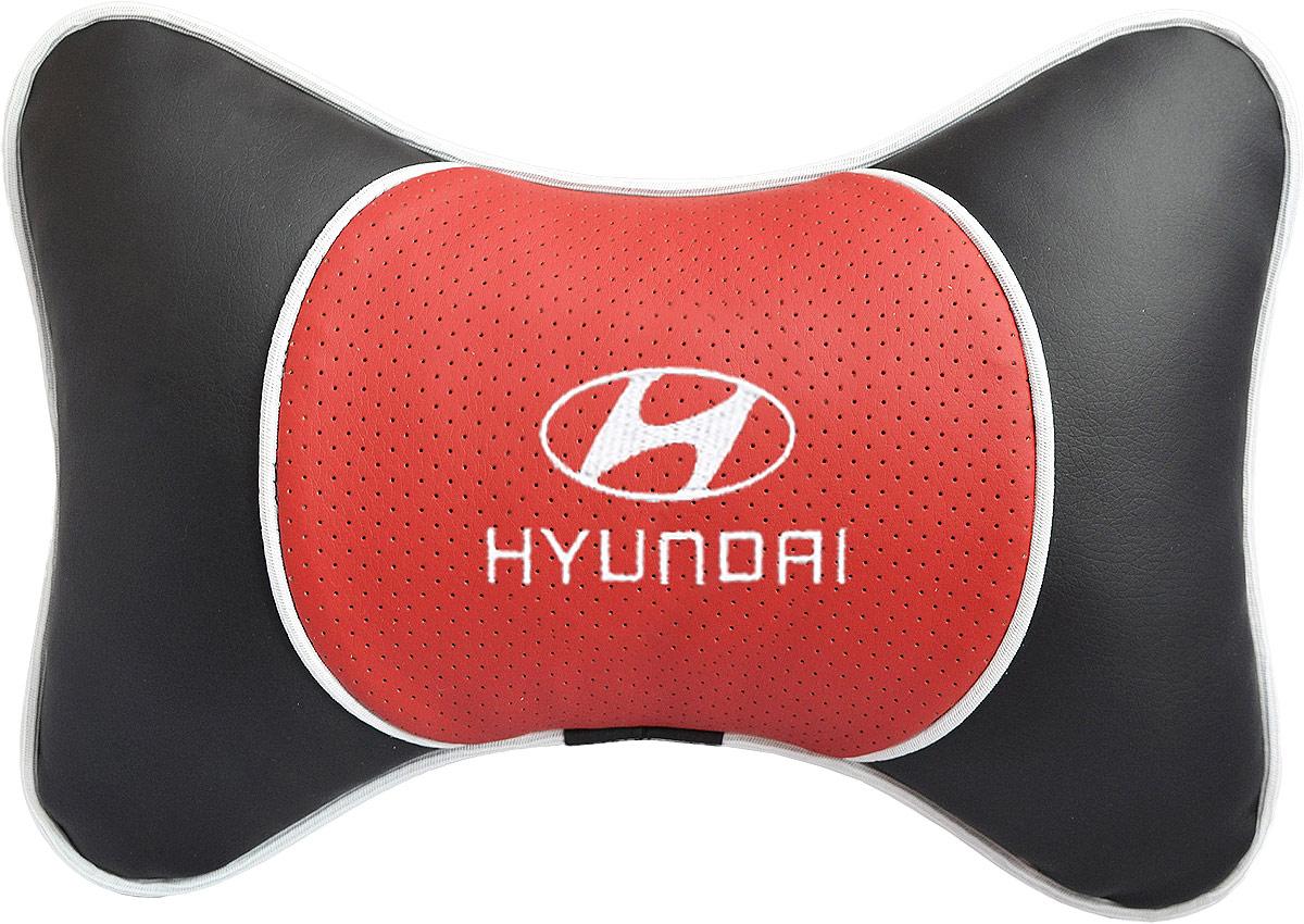 Подушка на подголовник Auto Premium Hyundai , цвет: красный. 3756737447Подушка на подголовник Люкс выполнена из черной гладкой экокожи, вставка из красной перфорированной экокожи имеет обрамление мягким кантом. Для нанесения вышивки используются высококачественные итальянские нитки. Подушка на подголовник - это прежде всего лучший способ создать комфорт для шеи и головы во время пребывания в автомобильном кресле. Такая подушка будет удобна как водителю, так и пассажиру. При производстве используются высококачественные, износостойкие материалы и гипоаллергенные наполнители.