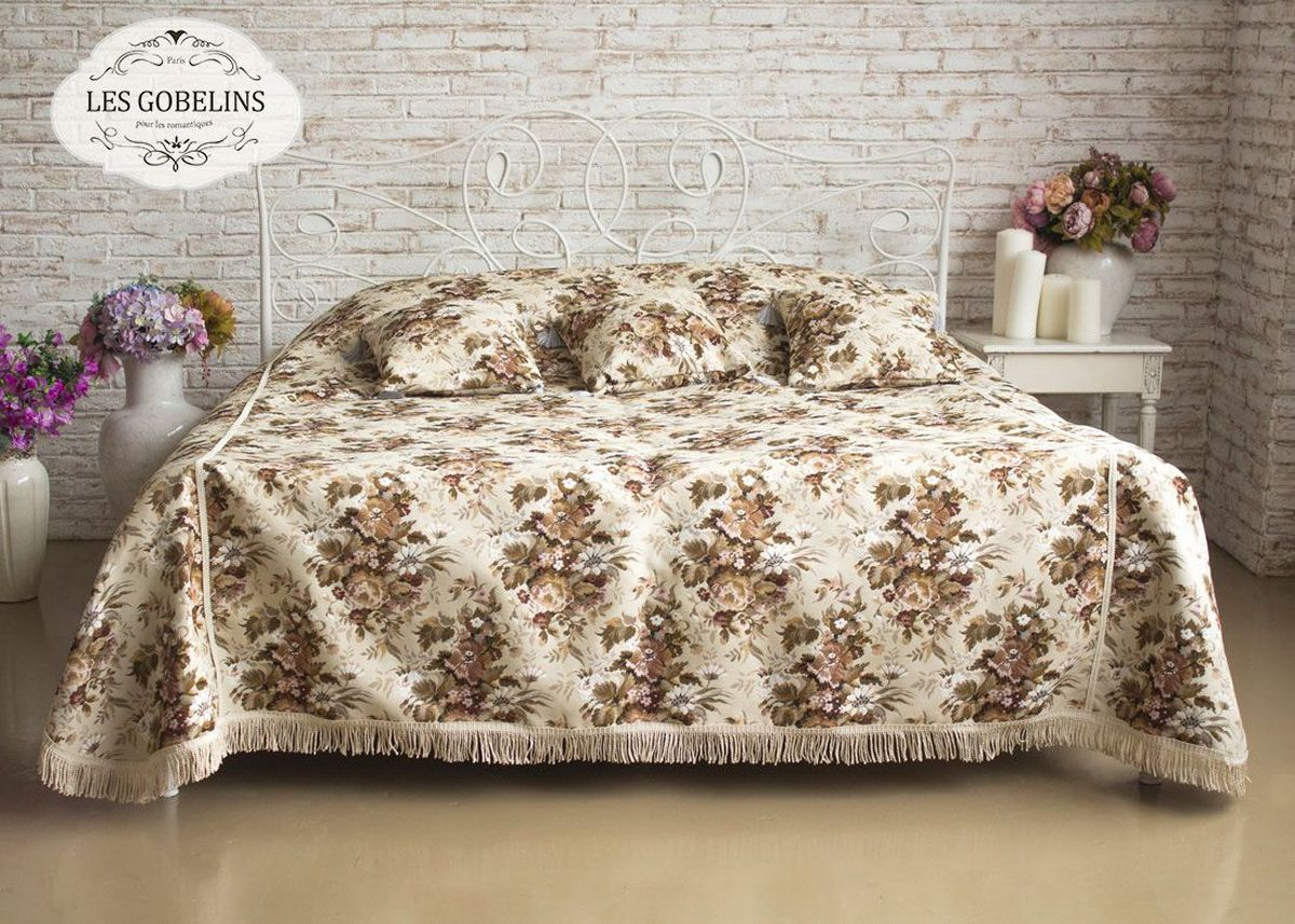 Покрывало на кровать Les Gobelins Terrain Russe, 240 х 220 см5085/CHAR002Покрывало на кровать Les Gobelins Terrain Russe с ярким цветочным рисунком привлечет к себе внимание и органично впишется в интерьер комнаты. Изделие изготовлено из высококачественной ткани гобелен и оформлено бахромой и кисточками. Необычайная красота сочетается в этом покрывале с высокой прочностью и долговечностью, а свойство гобелена по-разному проявлять себя в зависимости от освещения помещения позволяет открывать все новые и новые детали, которые, как казалось, раньше скрывал гобелен.Красочное и приятное на ощупь покрывало сделает интерьер спальни, детской или гостиной уютнее и своеобразнее. Состав материала: 5% хлопок, 95% полиэстер.