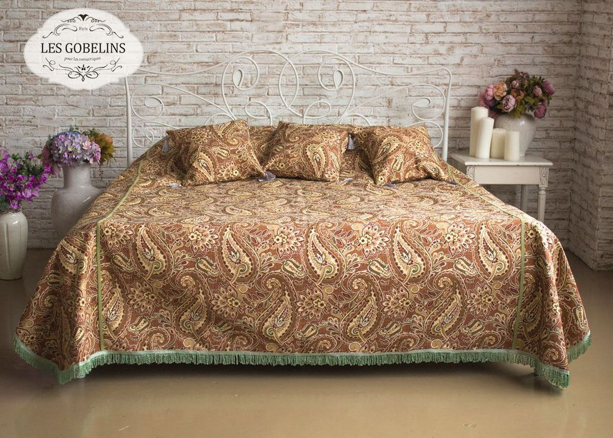 Покрывало на кровать Les Gobelins Vostochnaya Skazka, 240 х 260 см87-V362/1Покрывало на кровать Les Gobelins Vostochnaya Skazka с ярким рисунком привлечет к себе внимание и органично впишется в интерьер комнаты. Изделие изготовлено из высококачественной ткани гобелен и оформлено бахромой и кисточками. Необычайная красота сочетается в этом покрывале с высокой прочностью и долговечностью, а свойство гобелена по-разному проявлять себя в зависимости от освещения помещения позволяет открывать все новые и новые детали, которые, как казалось, раньше скрывал гобелен.Красочное и приятное на ощупь покрывало сделает интерьер спальни, детской или гостиной уютнее и своеобразнее. Состав материала: 52% хлопок, 48% полиэстер.