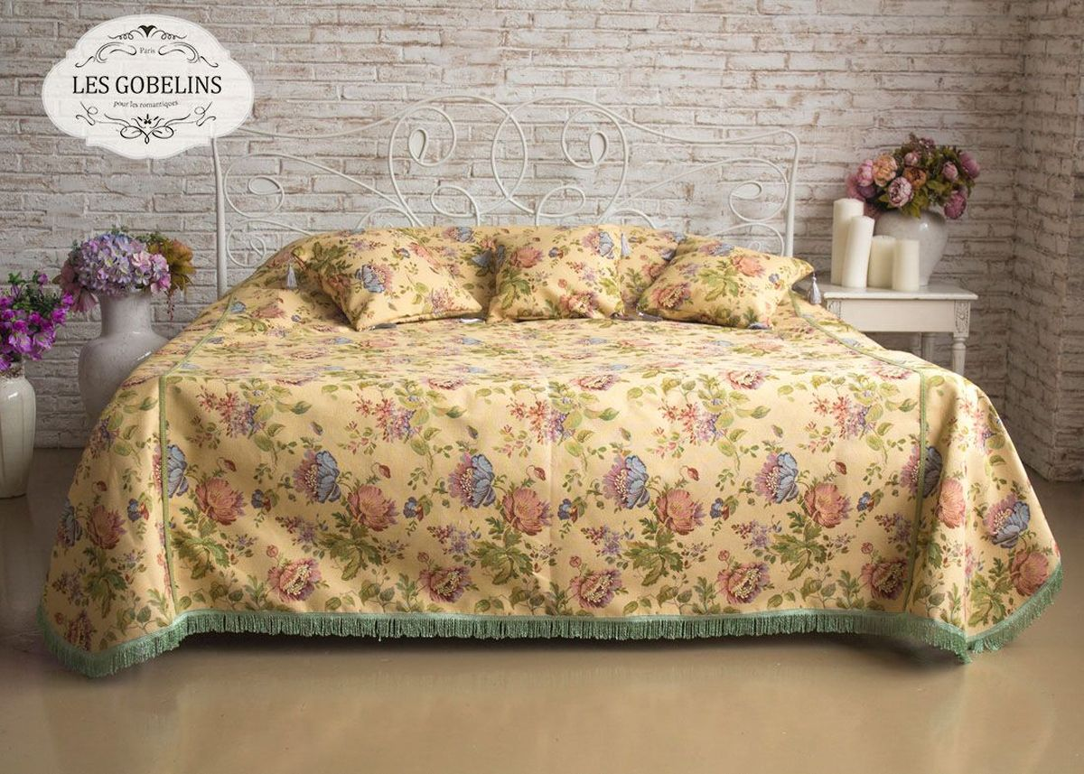 Покрывало на кровать Les Gobelins Gloria, 240 х 220 смFA-5125 WhiteПокрывало на кровать Les Gobelins Gloria с ярким цветочным рисунком привлечет к себе внимание и органично впишется в интерьер комнаты. Изделие изготовлено из высококачественной ткани гобелен и оформлено бахромой и кисточками. Необычайная красота сочетается в этом покрывале с высокой прочностью и долговечностью, а свойство гобелена по-разному проявлять себя в зависимости от освещения помещения позволяет открывать все новые и новые детали, которые, как казалось, раньше скрывал гобелен.Красочное и приятное на ощупь покрывало сделает интерьер спальни, детской или гостиной уютнее и своеобразнее. Состав материала: 48% хлопок, 52% полиэстер.