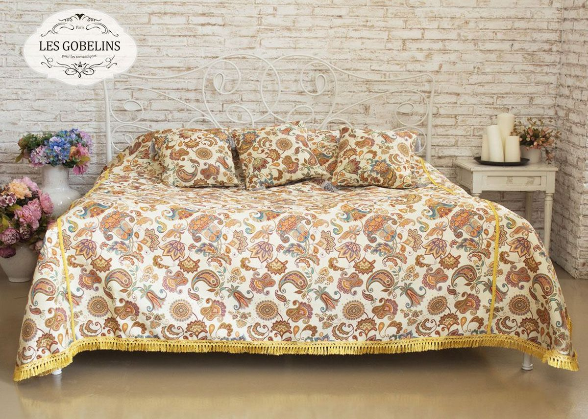 Покрывало на кровать Les Gobelins Ete Indien, 260 х 240 смES-412Покрывало на кровать Les Gobelins Ete Indien с ярким рисунком привлечет к себе внимание и органично впишется в интерьер комнаты. Изделие изготовлено из высококачественной ткани гобелен и оформлено бахромой и кисточками. Необычайная красота сочетается в этом покрывале с высокой прочностью и долговечностью, а свойство гобелена по-разному проявлять себя в зависимости от освещения помещения позволяет открывать все новые и новые детали, которые, как казалось, раньше скрывал гобелен.Красочное и приятное на ощупь покрывало сделает интерьер спальни, детской или гостиной уютнее и своеобразнее. Состав материала: 5% хлопок, 95% полиэстер.