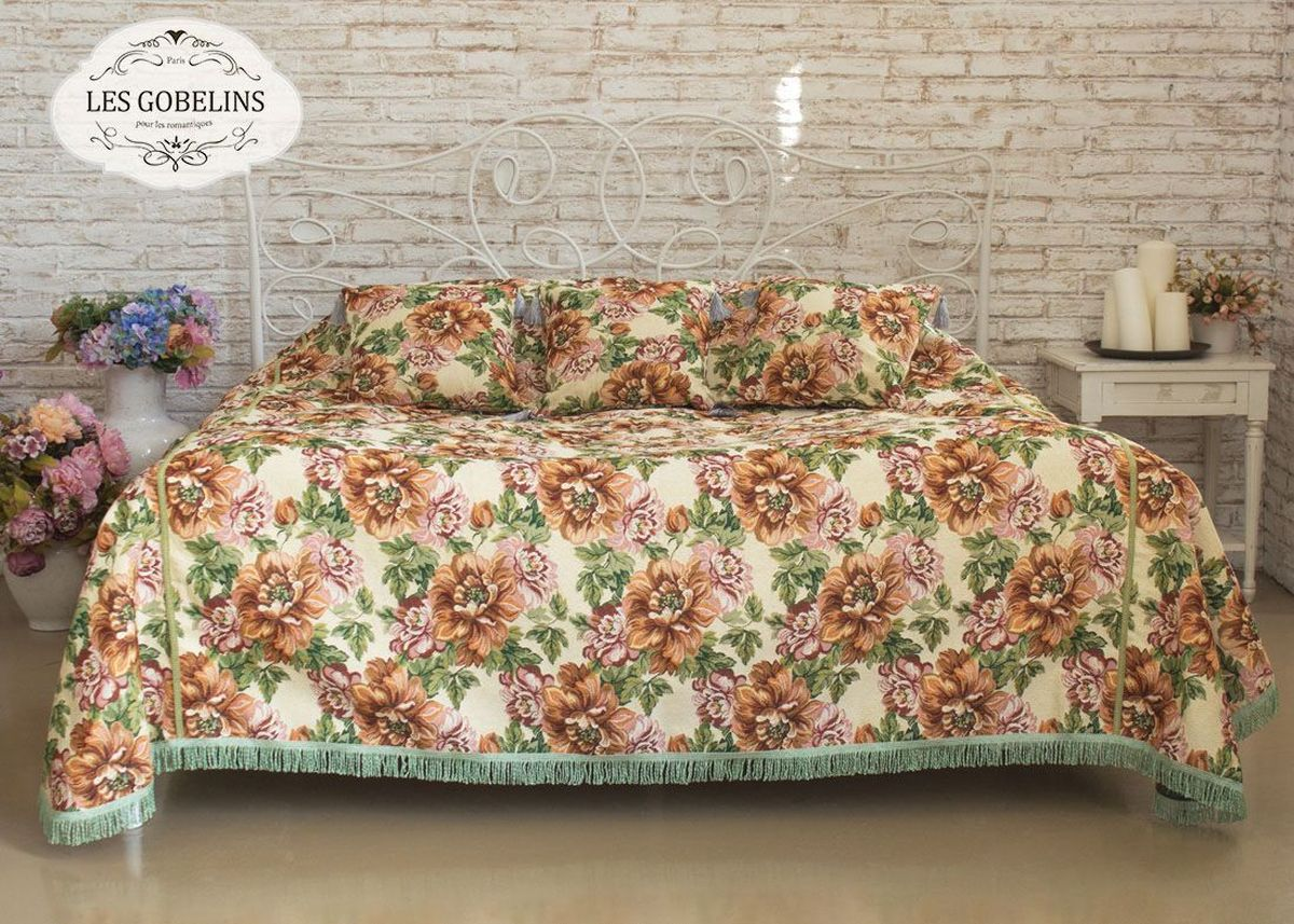Покрывало на кровать Les Gobelins Pivoines, 150 х 220 смES-412Покрывало на кровать Les Gobelins Pivoines с ярким цветочным рисунком привлечет к себе внимание и органично впишется в интерьер комнаты. Изделие изготовлено из высококачественной ткани гобелен и оформлено бахромой и кисточками. Необычайная красота сочетается в этом покрывале с высокой прочностью и долговечностью, а свойство гобелена по-разному проявлять себя в зависимости от освещения помещения позволяет открывать все новые и новые детали, которые, как казалось, раньше скрывал гобелен.Красочное и приятное на ощупь покрывало сделает интерьер спальни, детской или гостиной уютнее и своеобразнее. Состав материала: 52% хлопок, 48% полиэстер.