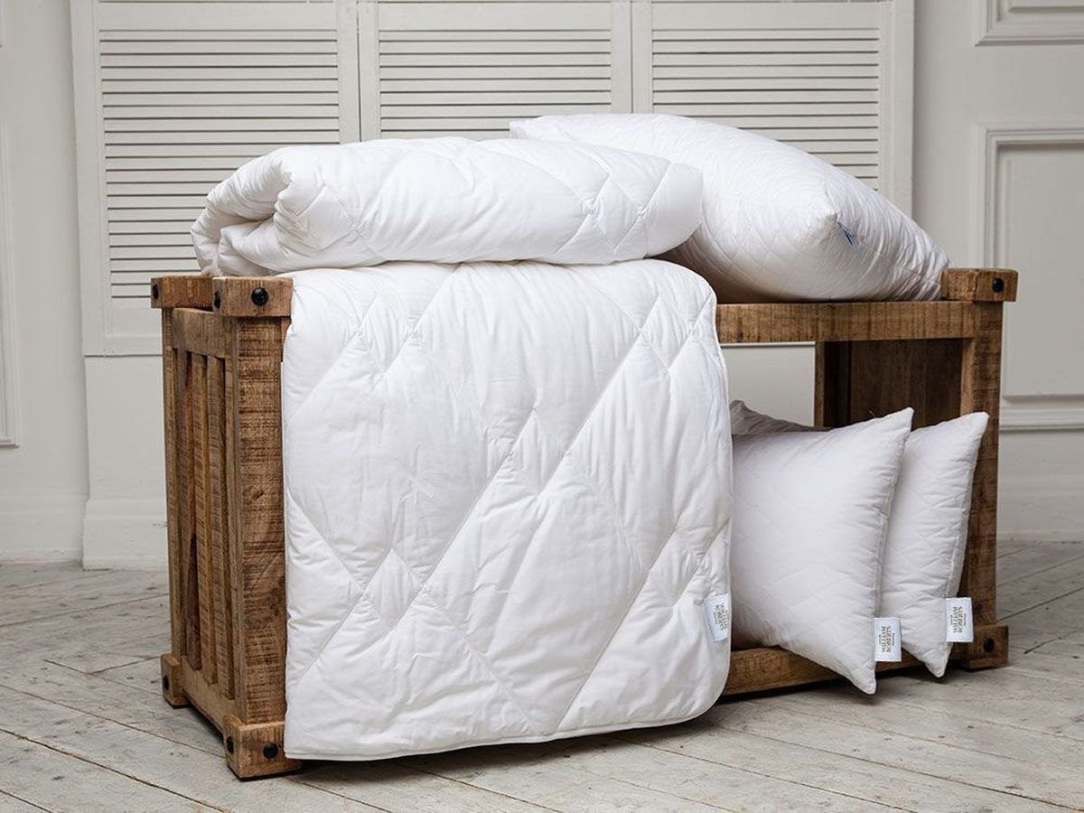 Одеяло всесезонное William Roberts Essential Bamboo, наполнитель: бамбуковое волокно, 155 х 200 см20.04.15.0058Всесезонное одеяло William Roberts Essential Bamboo с наполнителем из бамбукового волокна подарит вам спокойный и здоровый сон.Волокно бамбука - это натуральный материал, добываемый из стеблей растения. Он обладает способностью быстро впитывать и испарять влагу, а также антибактериальными свойствами, что препятствует появлению пылевых клещей и болезнетворных бактерий. Изделия с наполнителем из бамбука легко пропускают воздух. Они отличаются превосходными дезодорирующими свойствами, мягкие, легкие, простые в уходе, гипоаллергенные и подходят абсолютно всем. Чехол одеяла выполнен из хлопкового сатина. Одеяло простегано и окантовано. Стежка надежно удерживает наполнитель внутри и не позволяет ему скатываться. Плотность наполнителя: 300 г/м2.Размер: 155 х 200 см.