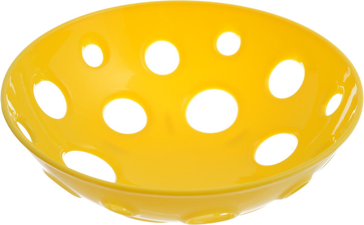 Миска для фруктов и овощей Tescoma Vitamino, глубокая, цвет: желтый, диаметр 24 см386066Глубокая миска Tescoma Vitamino выполнена из высококачественного прочного пластика. Изделие прекрасно подходит для хранения свежих овощей и фруктов, например, яблок, груш, слив, мандаринов, помидоров, а также для ополаскивания их под проточной водой. Миска оснащена большими отверстиями для максимального доступа воздуха к хранимым продуктам. Фрукты и овощи в таком изделии дозревают естественным путем и дольше остаются свежими.Подходит для холодильника и посудомоечной машины.Размер миски: 24 х 24 х 7,5 см.