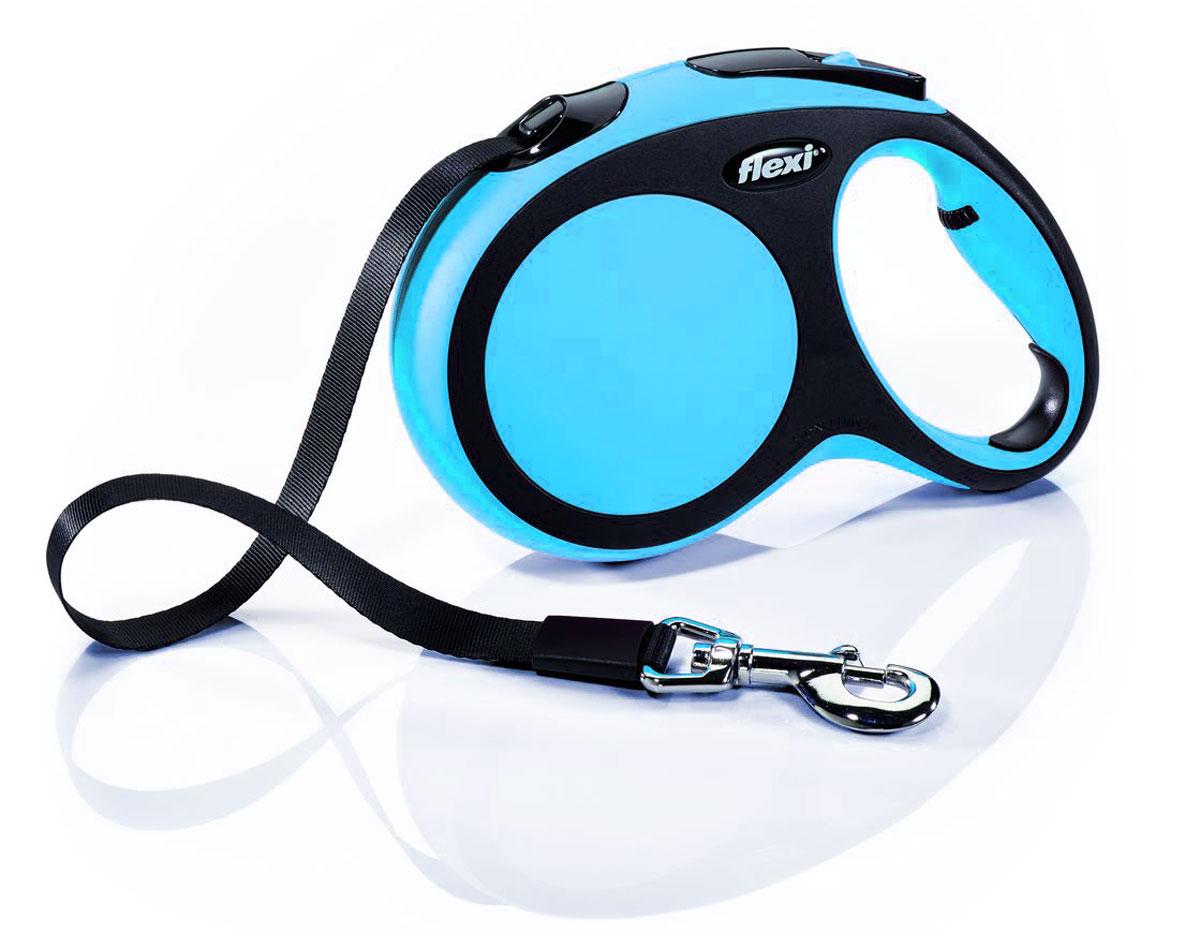 Поводок-рулетка Flexi New Comfort, лента, цвет: черный, голубой, 25 кг, 5 м. Размер M0120710Ленточный поводок-рулетка Flexi New Comfort обеспечивает собаке свободу движения, что идет на пользу здоровью и радует вашего четвероногого друга. Рулетка очень проста в использовании. Она оснащена кнопками кратковременной и постоянной фиксации. Рулетку можно оснастить мультибоксом для лакомств или пакетиков для сбора фекалий, LED подсветкой корпуса. Изделие имеет прочный корпус, хромированную застежку и светоотражающие элементы. Лента поводка автоматически сматывается и поводок в процессе использования не провисает, не касается грунта и таким образом не пачкается и не перетирается. Поводок не нужно подбирать руками, когда питомец подошел ближе, таким образом ваши руки всегда чистые. На рукоятке имеется колесико, позволяющее адаптировать размер рукоятки под размер руки.Максимальный вес питомца: 25 кг.Длина: 5 м.