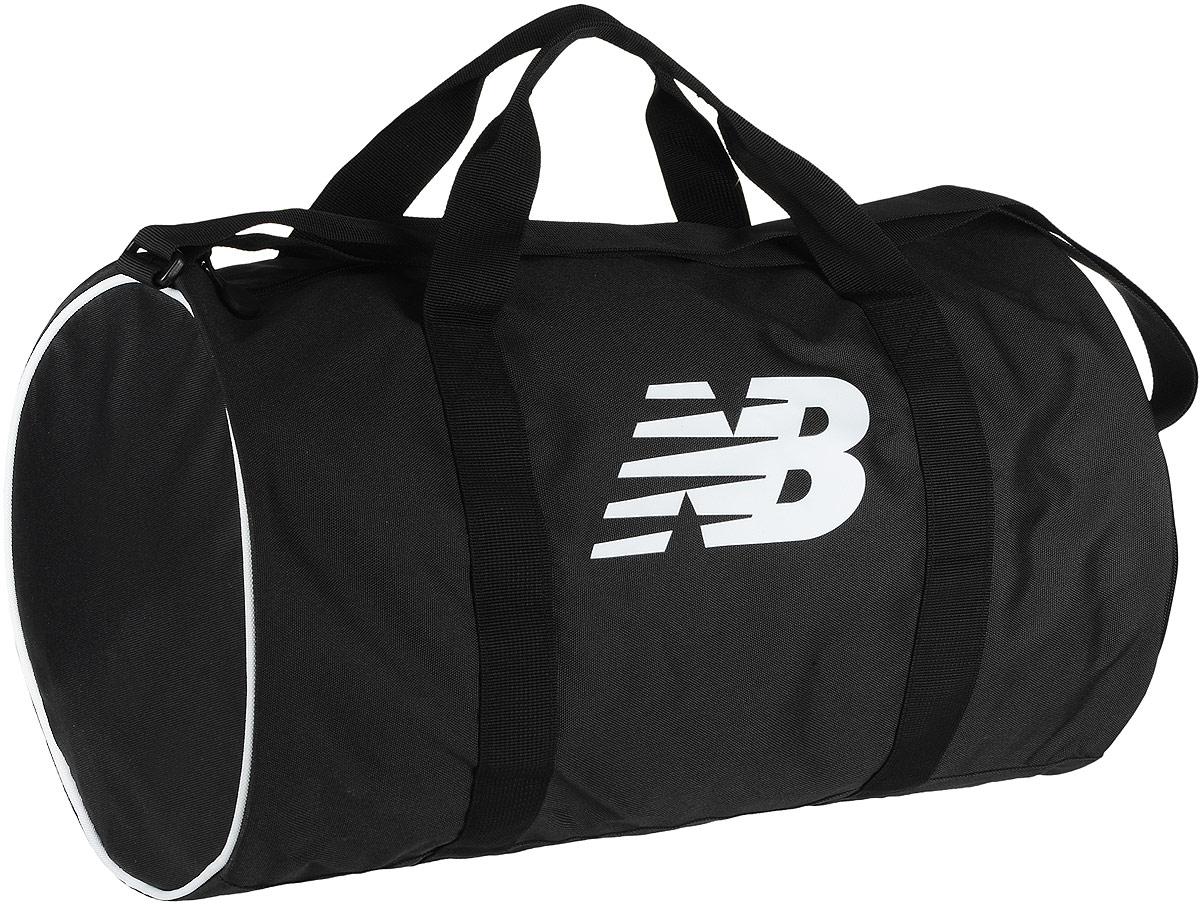Сумка спортивная New Balance Barrel Duffel, цвет: черный, 31,5 л500005/BKWСпортивная сумка New Balance Barrel Duffel, выполненная из полиэстера, оформлена символикой бренда. Изделие имеет одно вместительное отделение, закрывающееся на застежку-молнию. Внутри расположен нашивной карман на застежке-молнии, накладной карман и три фиксатора. Снаружи, с одной из боковых сторон предусмотрен карман на застежке-молнии для обуви.Сумка оснащена двумя удобными ручками и регулируемым наплечным ремнем.