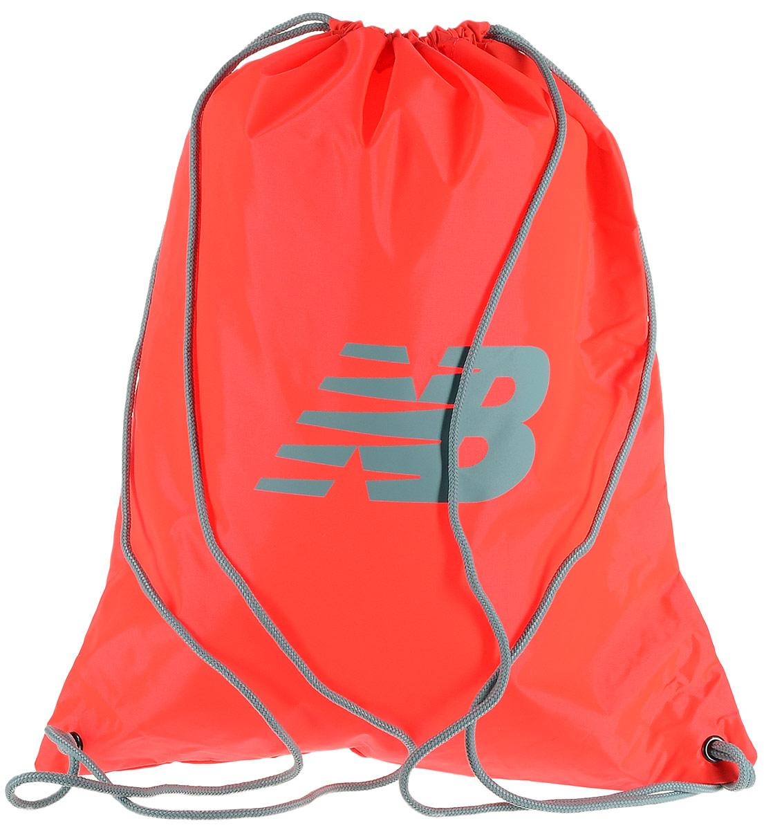 Рюкзак New Balance Cinch Sack, цвет: неоновый оранжевый. 500006/AO23008Стильный спортивный рюкзак New Balance Cinch Sack выполнен из нейлона и оформлен символикой бренда. Изделие имеет одно основное отделение, которое закрывается с помощью затягивающего шнурка.Веревочные завязки можно использовать как наплечные лямки. Стильный и функциональный рюкзак поместит все необходимое.