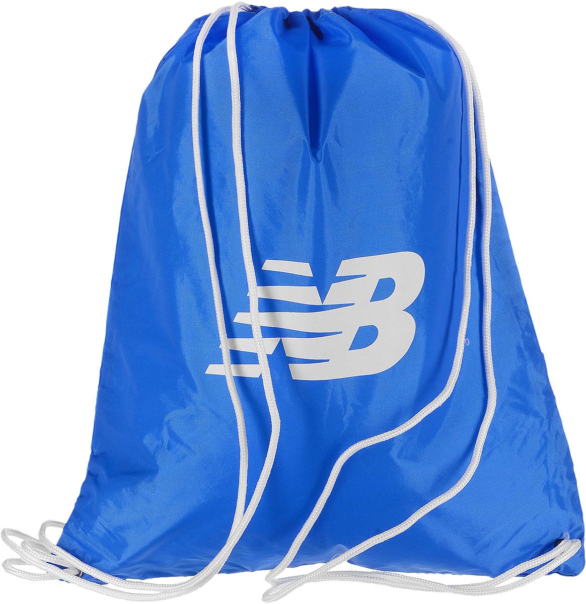 Рюкзак New Balance Cinch Sack, цвет: синий. 500006/BL579995-400Стильный спортивный рюкзак New Balance Cinch Sack выполнен из нейлона и оформлен символикой бренда. Изделие имеет одно основное отделение, которое закрывается с помощью затягивающего шнурка.Веревочные завязки можно использовать как наплечные лямки. Стильный и функциональный рюкзак поместит все необходимое.
