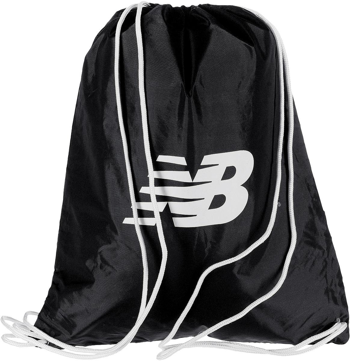 Рюкзак New Balance Cinch Sack, цвет: черный. 500006/BKML597BUL/DСтильный спортивный рюкзак New Balance Cinch Sack выполнен из нейлона и оформлен символикой бренда. Изделие имеет одно основное отделение, которое закрывается с помощью затягивающего шнурка.Веревочные завязки можно использовать как наплечные лямки. Стильный и функциональный рюкзак поместит все необходимое.