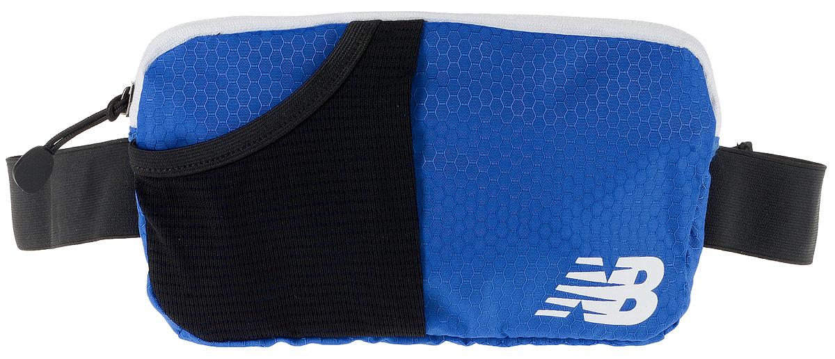 Сумка поясная New Balance Performance Waist Pack, цвет: синий, черный, 22 х 12 х 2 см332515-2800Сумка New Balance Performance Waist Pack, выполненная из нейлона, оформлена символикой бренда. Сумка фиксируется на поясе с помощью эластичного регулирующего ремешка с застежкой-фастекс.Изделие имеет одно отделение на застежке-молнии, в которое удобно положить ключи, деньги и другие мелочи. Внутри расположен прорезной карман на застежке-молнии. Снаружи, на лицевой стороне находится накладной сетчатый карман на резинке. Тыльная сторона дополнена сетчатой вставкой, которая обеспечивает естественную вентиляцию.Такая поясная сумка для бега станет настоящей находкой, как для любителей, так и для профессиональных спортсменов, которые действительно серьезно подходят к экипировке.