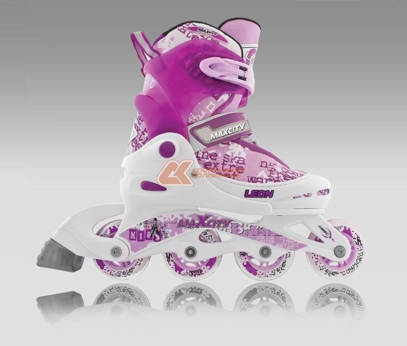 Коньки роликовые детские MaxCity Leon, раздвижные, цвет: фиолетовый, белый. Размер 30/33AIRWHEEL M3-162.8Стильные роликовые коньки Leon от MaxCity с ярким принтом придутся по душе вашему ребенку. Ботинок конька изготовлен по технологии Max Fit из комбинированных синтетических и полимерных материалов, обеспечивающих максимальную вентиляцию ноги. Анатомически облегченная конструкция ботинка из пластика обеспечивает улучшенную боковую поддержку и полный контроль над движением. Подкладка из мягкого текстиля комфортна при езде. Стелька Hi Dri из ЭВА с антибактериальным покрытием обеспечивает комфорт, амортизацию и предотвращает появление запаха. Классическая шнуровка обеспечивает отличную фиксацию на ноге. Также модель оснащена ремешком с липучкой на подъеме, на голенище - клипсой с фиксатором. Пластиковая рама почти не уступает в прочности металлической, но амортизирует не только усилие ноги, но и неровности дорожного покрытия, и не позволяет быстро разгоняться. Мягкие полиуретановые колеса обеспечат плавное и бесшумное движение. Износостойкие подшипники класса ABEC 5 наименее восприимчивы к попаданию влаги и песка, а также не позволяют развивать высокую скорость, что очень важно для детей и начинающих роллеров. Конструкция роликовых коньков Switch & Pull позволяет быстро и точно изменять их размер без использования инструментов и снятия колес. Рычажное устройство позволяет раздвигать ботинок на 4 полных размера путем совмещения стрелки на каркасе с соответствующей буквой на подошве ботинка. Задник оснащен текстильной петлей, благодаря которой изделие удобно надевать. В комплект также входят два шестигранных ключа для регулировки колес и один пяточный тормоз.