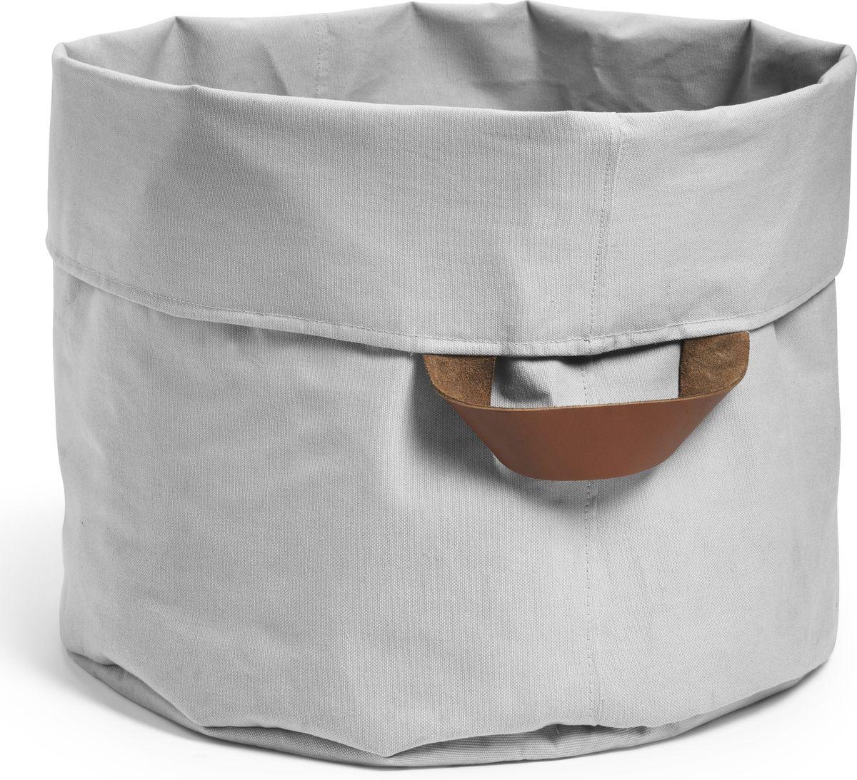 Elodie Details Корзина для детских принадлежностей Marble GreyS03301004Корзина-переноска для игрушек и детских вещейElodieDetails Приносит порядок и стиль в детское пространство - предназначена для хранения игрушек и аксессуаров. - держит форму, даже когда пустая - крепкие прочные ручки из натуральной кожи - диаметр 45 см, высота 35 см - входит в серию дизайна постельных принадлежностей Elodie Details, можно дополнительно выбрать и другие аксессуары в едином стиле - сделана из невероятно гладкого и мягкого 100% органического хлопка-перкаль. Хлопок имеет сертификацию GOTS, вырос без использования вредных химических веществ. Коллекцию Marble Grey отличают благородные серые цвета: в однотонном варианте и в виде необычного мраморного принта. Серый цвет придает изысканность и утонченность любому образу, он отлично сочетается с яркими аксессуарами и позволяет экспериментировать, создавая смелые модные ансамбли. А кроме прочего, серый цвет универсален и подходит как мальчику, так и девочке.