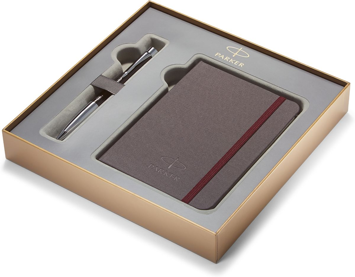 Картонная коробка высота 3,9 см, длина 21,8 см, ширина 21,8 см. Снаружи отделана золотистой бумагой с логотипом PARKER. Внутри отделана бумагой серого цвета. Вложение набора блокнот путешественника размером 15*10,5 см с обложкой из ткани сероватого цвета и тканевой закладкой с 64 белыми листами в линейку и ручка шариковая URBAN PREMIUM Ebony Metal Chiselled, черный лаковый корп, клетчатая гравировка, хромиров.детали,синие чернила М арт.PARKER-S0911500