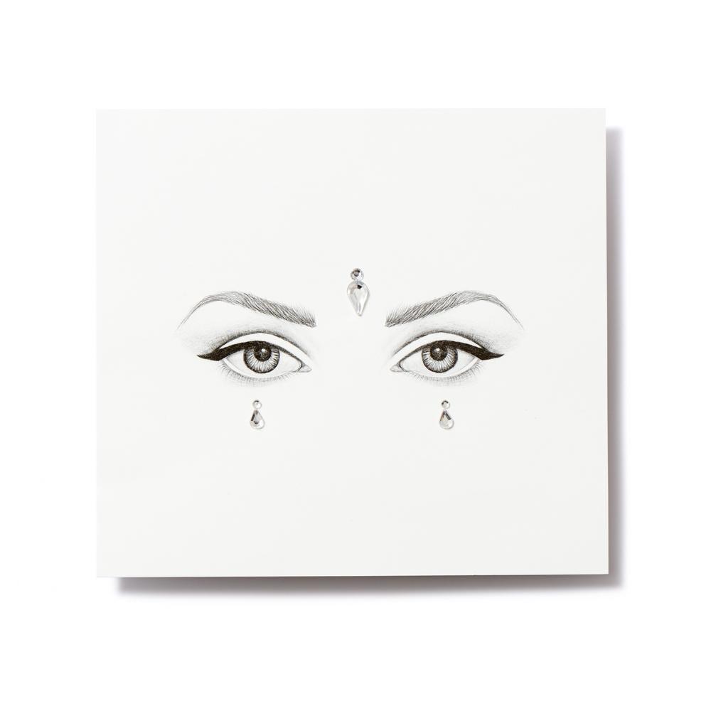 Miami Tattoos Клеящиеся кристаллы для лица Crystalzzz Drops in Silver, 1 лист 15см*16см2101-WX-01Miami Tattoos - это дизайнерские переводные тату-украшения. Коллекция кристаллов Crystalzzz — это модный аксессуар для вашей кожи, который наносится за считанные секунды. Больше вам не нужна помощь визажиста, чтобы создать необычный макияж. Просто отклейте кристаллы от прозрачной пленки и приклейте их на чистую кожу. Crystalzzz можно наносить как на лицо, так и на тело. Они не вызывают аллергию и абсолютно безопасны для кожи.