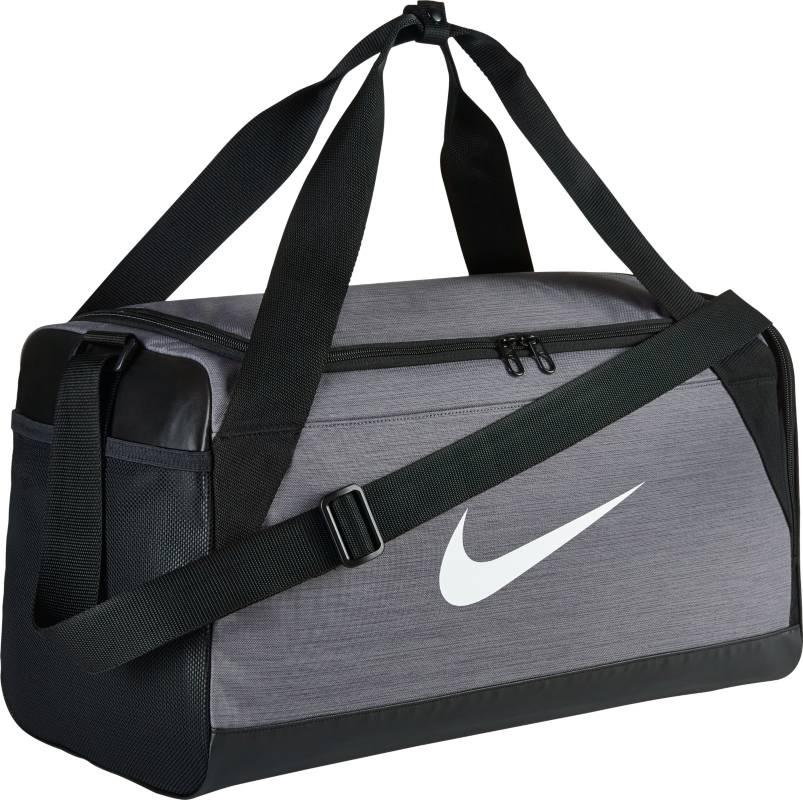 Сумка спортивная Nike Brasilia Small Duffel Bag, цвет: серый. BA5335-064BM8434-58AEСумка-дафл Nike Brasilia (малая) из невероятно прочной ткани позволяет иметь всю нужную экипировку под рукой. Внутренние карманы помогают держать вещи в порядке, а отделение для обуви позволяет хранить влажную экипировку отдельно от сухой. Особенности: Прочная водонепроницаемая ткань дна защищает экипировку от влаги.Вместительное и универсальное основное отделение.Вентилируемое отделение для хранения влажной/сухой обуви.Водонепроницаемый полиэстер высокой плотности отличается прочностью.Двойные ручки можно соединить вместе для удобного ношения.Мягкая плечевая лямка снимается и регулируется для комфортного ношения.Ручка сбоку как альтернативный вариант ношения.