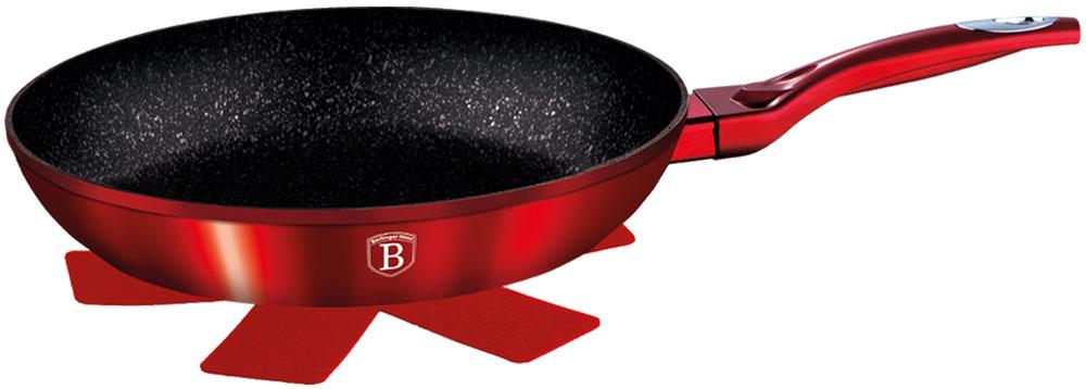 Сковорода Berlinger Haus Burgundy Metallic Line, с подставкой под горячее. Диаметр 20 смBJ163203720002Сковорода 20 см, материал: кованый алюминий, толщина стенок 0,5 см, 3 слоя мраморного покрытия, эргономичная ручка soft touch, индукционное дно, подставка под горячее в подарок. Подходит для всех видов плит: газовых, электрических, стеклокерамических, галогенных, индукционных.