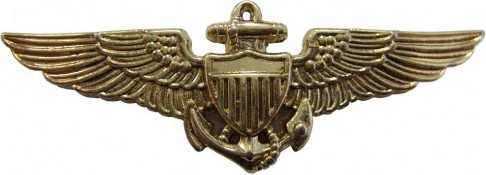 Знак Navy Pilot Wings. РепликаБрелок для сумкиНагрудный значок пилота США времен Второй Мировой Войны. Испанская компания DENIX основана в 1966 году двумя опытными ювелирами. DENIX делает высококачественные копии различных видов огнестрельного, холодного и декоративного оружия. В каталоге Фирмы более 300 знаменитых моделей пистолетов, ружей, сабель, пулеметов, канцелярских ножей, военных и охотничьих аксессуаров. Испанцы сумели завоевать доверие очень капризной аудитории - это коллекционеры и любители оружия, военные историки и мемуаристы, организаторы праздников, реквизиторы театра и кино. Все эти люди понимают толк в аутентичности реплики и потому предъявляют самые высокие требования к материалам и дизайну. Копия полностью копирует оригинал по размеру.