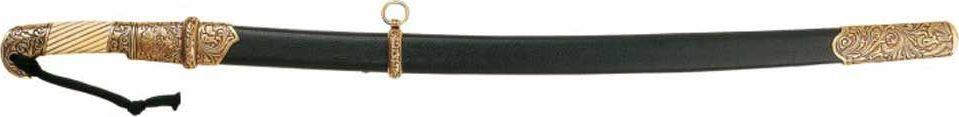 Шашка казачья. Оружейная реплика. Ножны черные, 1881 год, Россия763940Шашка — длинноклинковое рубяще-колющее холодное оружие. Клинок однолезвийный, слабо изогнутый, у боевого конца двулезвийный, длиной менее 1 метра (в России стояли на вооружении различные модели шашек с длиной клинка от 81 до 88 см, исконные черкесские были ещё легче и короче). Эфес обычно состоит только из рукояти с загнутой, обычно раздваивающейся головкой, без крестовины (гарды), что является характерным признаком этого вида оружия. Ножны деревянные, обтянутые кожей, с кольцами для портупеи на выгнутой стороне. Известны шашки двух видов: шашки с дужкой, внешне похожие на сабли, но таковыми не являющиеся (драгунский тип), и более распространённые шашки без дужки (кавказский и азиатский типы).Шашка имела значение недорогого вспомогательного оружия конного воина после сабли, первые образцы относят к XII—XIII векам. С распространением огнестрельного оружия и выходом из употребления металлических доспехов, шашка вытеснила саблю сначала на Кавказе, а затем и в России, при этом шашка сама претерпела значительные изменения: стала более массивной и получила изгиб. Будучи первоначально заимствована у адыгов (черкесов) терскими и кубанскими казаками, в XIX веке шашка была принята на вооружение в Российской армии как уставной тип холодного оружия практически всех кавалерийских частей (к началу двадцатого века сабля оставалась парадным оружием в уланских и гусарских полках; в 4-х кирасирских полках лейб-гвардии таковым был палаш), офицеров всех родов войск, а также жандармерии и полиции. В кавалерии в таком качестве шашка оставалась до середины XX века, став последним в истории холодным оружием, имевшим массовое боевое применение (конницей Красной Армии в Великой Отечественной войне). В исторической памяти шашка отмечена прежде всего как казачье оружие, по сей день оставаясь неотъемлемой деталью традиционной культуры российского казачества и элементом старинного казачьего костюма. Копия полностью копирует ор