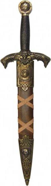 Дага короля Артура. Оружейная реплика. Ножны красные, латунь1659206Дага — кинжал для левой руки при фехтовании шпагой, получивший широкое распространение в Европе в XV—XVII веках. Во Франции назывались мэн-гош (фр. main-gauche — левая рука), так же назывался стиль сражения с оружием в обеих руках. При ношении дагу без ножен держали за поясом с правой стороны, чтобы облегчить её выхватывание левой рукой. В поединке дагу, как и шпагу, выставляли остриём вперёд, нацеливая его на уровень шеи противника. Во время поединка на дагу ловили удары и выпады клинка шпаги противника, а шпагой в правой руке проводили ответные удары. Отличительной особенностью фехтования с использованием даги является наличие большого количества вариантов двойных действий — комбинаций двойных защит и ударов. Кроме оборонительных целей дага использовалась как наступательное оружие на коротких дистанциях.До 1400 года даги были в большей степени оружием простолюдинов. Но уже в XV веке они становятся оружием рыцарей, в частности, использовались в Битве при Азенкуре в 1415 году. В XV и первой половине XVI века законодателями моды в фехтовании считались испанцы. Клинки толедских мастеров и широкое распространение дуэлей привело к появлению стиля Эспада и дага (исп. espada y daga), когда шпага в правой руке использовалась для атаки, а дага в левой руке для отражения ударов противника. В связи с этим наиважнейшей частью даги является гарда, на которую приходятся основные удары клинка противника. Кроме оружия ближнего боя дага использовалась как кинжал для удара милосердия — последнего удара, наносимого смертельно раненому, но еще живому противнику. Дага имеет вид короткой, не превышающей в длину 50-60 см, колюще-режущей шпаги с узким клинком и усиленной гардой. Клинок имеет плоскую, шириной от полутора до двух с половиной сантиметров, или четырёхгранную, с шириной грани, равной 1 см, форму. Эфес даги имеет широкую гарду. Гарды могут быть в виде чаши или в виде дужек. Даги могли иметь различные ловчие устр