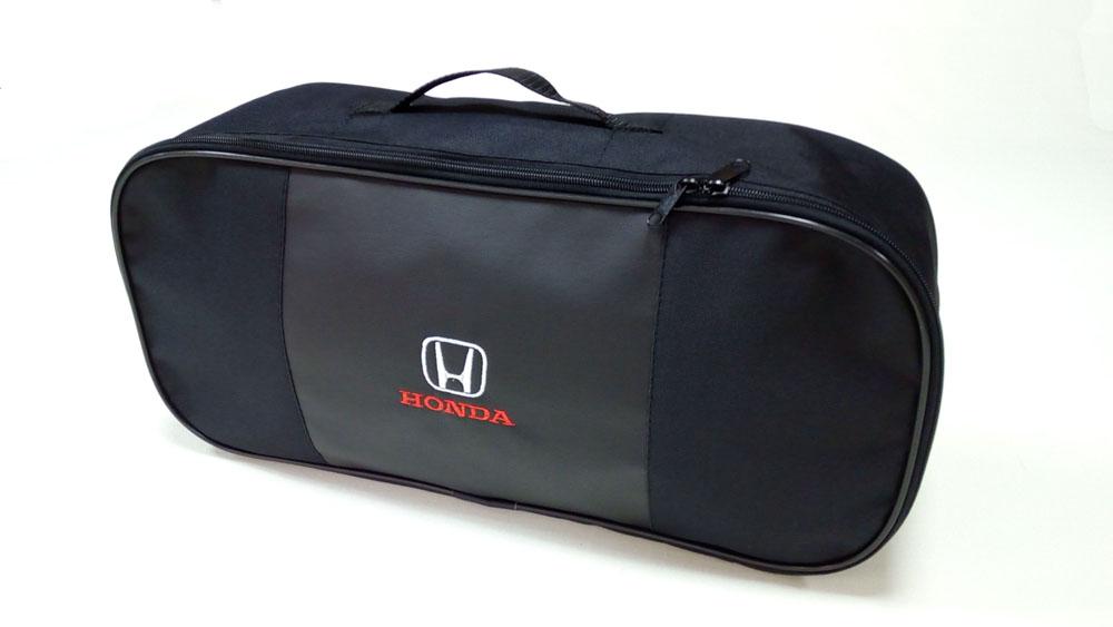Сумка для набора техосмотра Auto Premium Honda. 67303Ветерок 2ГФСумка для набора техосмотра выполнена из прочного и износоустойчивого материла (ПВХ 600) со вставкой из экокожи и вышивкой. Размер сумки 47х21х13. Идеально подходит для хранения огнетушителя, знака аварийной остановки, буксировочного троса и т.п.