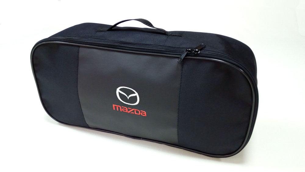 Сумка для набора техосмотра Auto Premium Mazda. 67304300129Сумка для набора техосмотра выполнена из прочного и износоустойчивого материла ПВХ со вставкой из экокожи. Идеально подходит для хранения огнетушителя, знака аварийной остановки, буксировочного троса и т.п.Размер сумки 47 х 21 х 13 см.