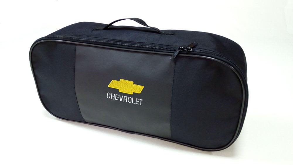 Сумка для набора техосмотра Auto Premium Chevrolet. 6730767306Сумка для набора техосмотра выполнена из прочного и износоустойчивого материла ПВХ со вставкой из экокожи. Идеально подходит для хранения огнетушителя, знака аварийной остановки, буксировочного троса и т.п.Размер сумки 47 х 21 х 13 см.